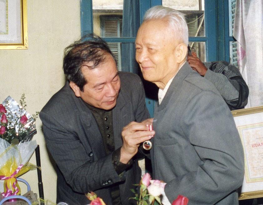 Chủ tịch Hội Nhà văn Việt Nam Hữu Thỉnh trao Huân chương Độc lập cho nhà văn Võ Quảng.