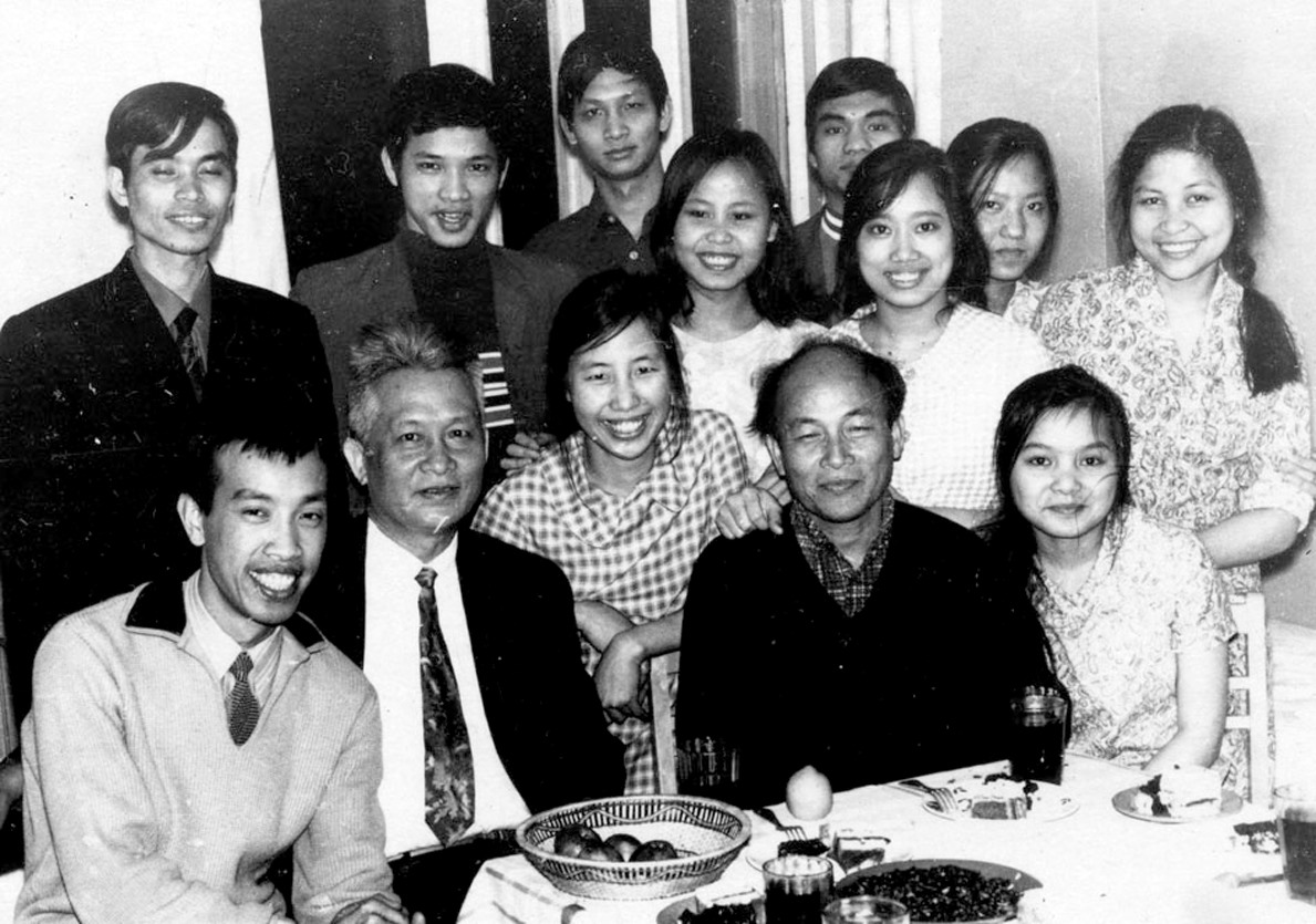 Võ Quảng (ngồi, thứ 2 từ trái qua) và Tô Hoài (ngồi, thứ 4 từ trái qua) với các lưu học sinh, sinh viên Việt Nam tại Liên Xô.