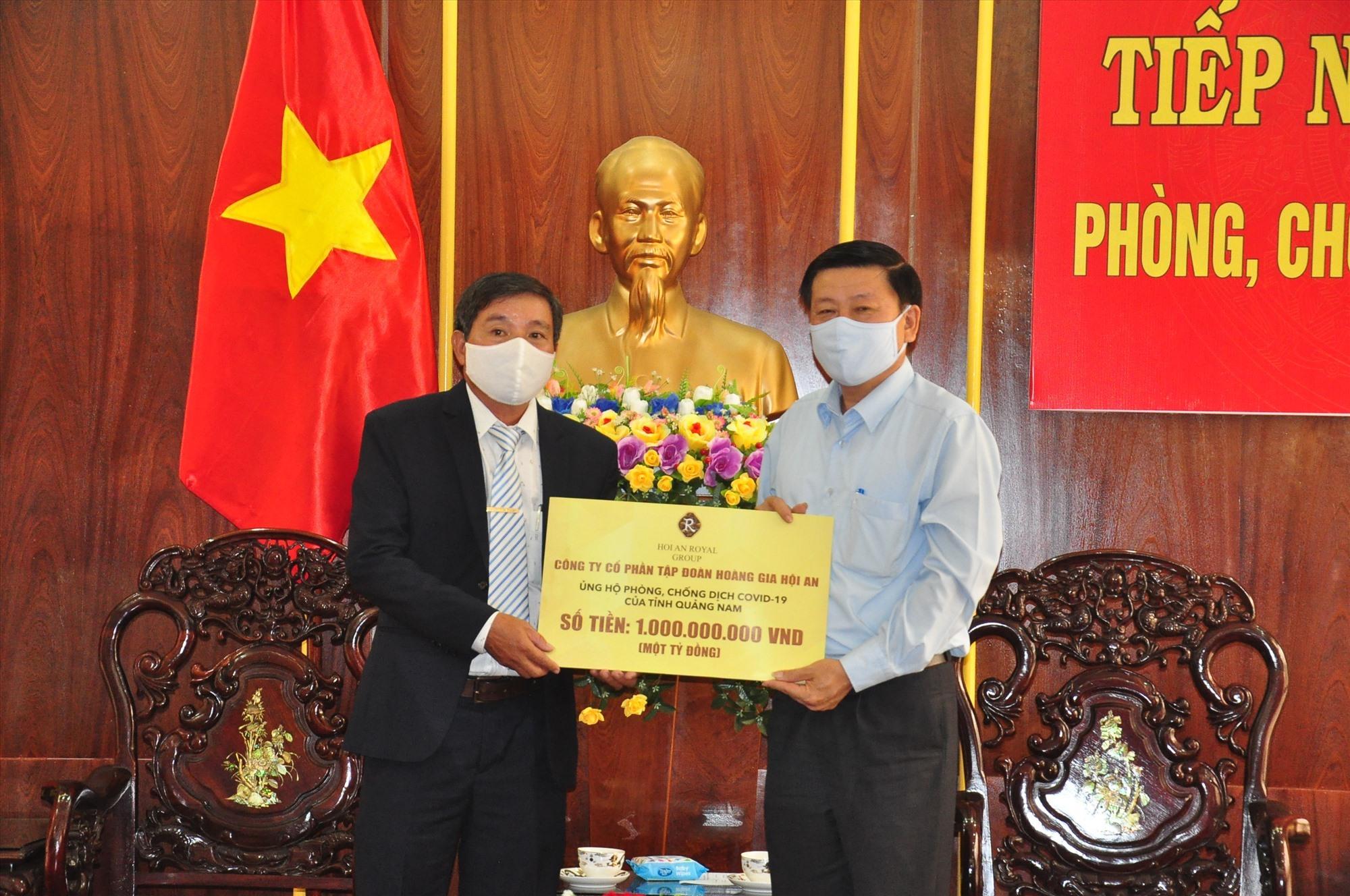 Đại diện Công ty CP Hoàng Gia trao biểu trưng ủng hộ 1 tỷ đồng cho lãnh đạo Ủy ban MTTQ Việt Nam tỉnh. Ảnh: VINH ANH