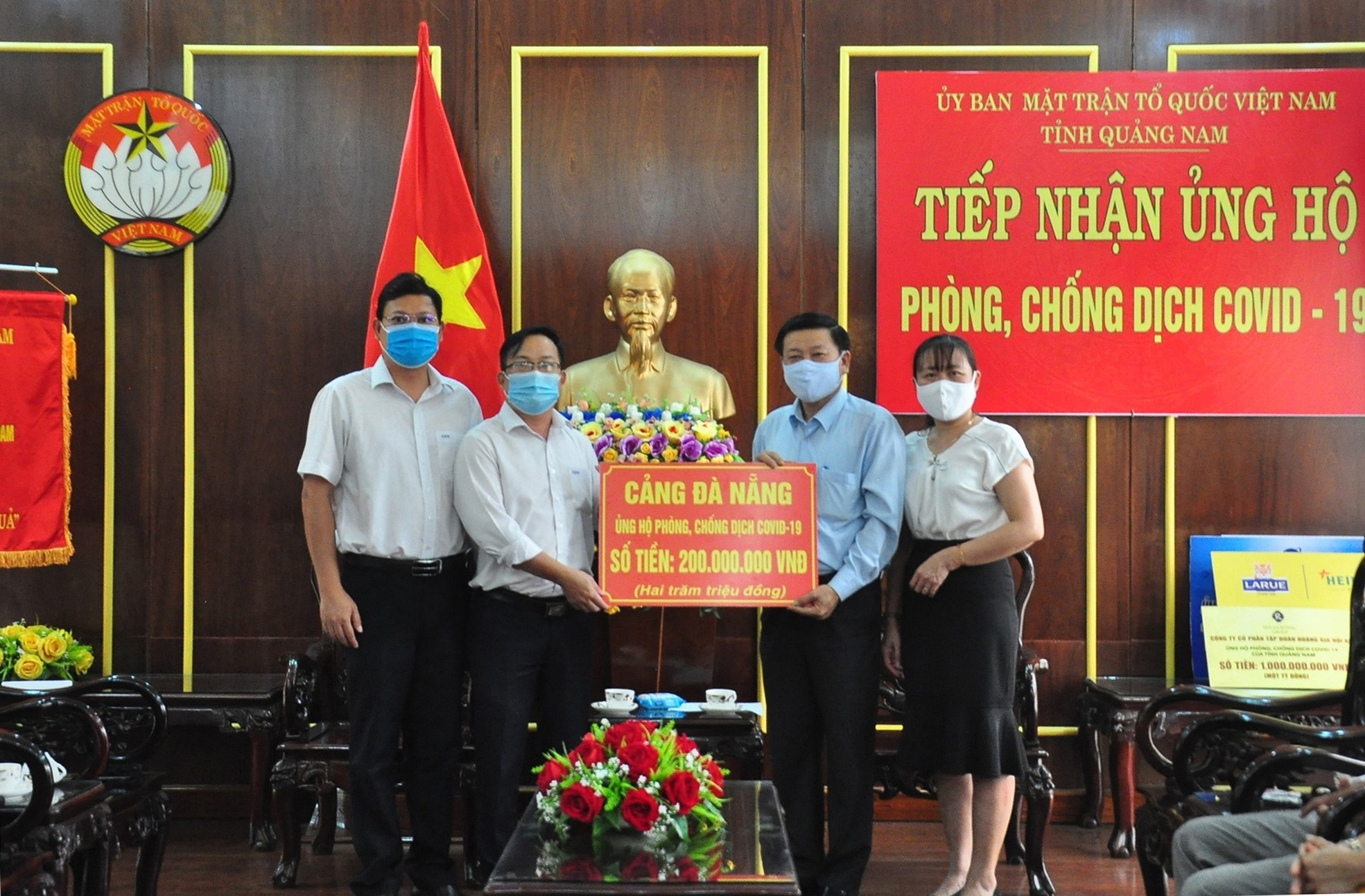 Cảng Đà Nẵng ủng hộ 200 triệu đồng cho Quảng Nam phòng chống dịch Covid-19. Ảnh: VINH ANH