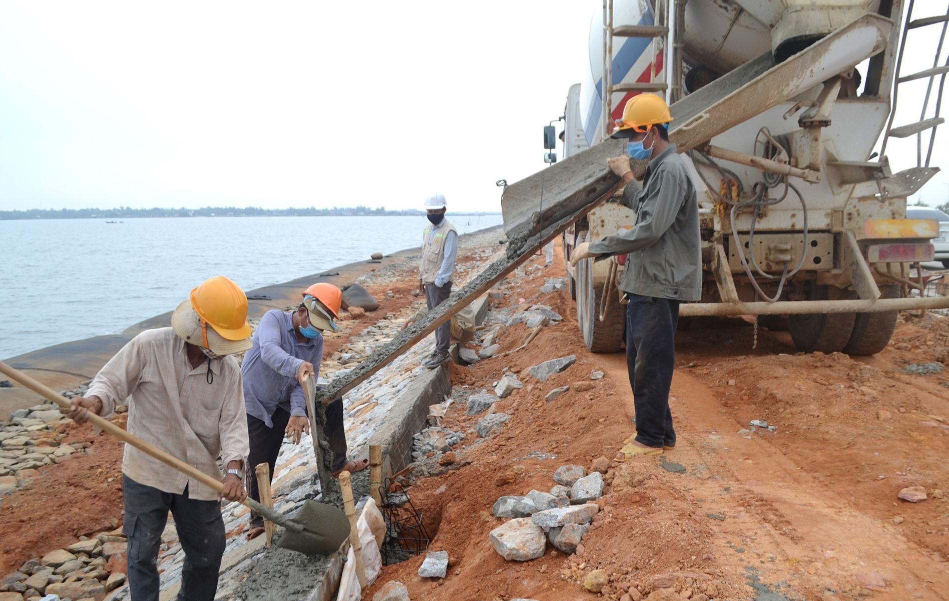 Công nhân Công ty TNHH Xây dựng Phú Vinh thực hiện nghiêm đeo khẩu trang trên công trường đường 129 giai đoạn 2, trong đợt giãn cách xã hội vào tháng 4 vừa qua. Ảnh: CT
