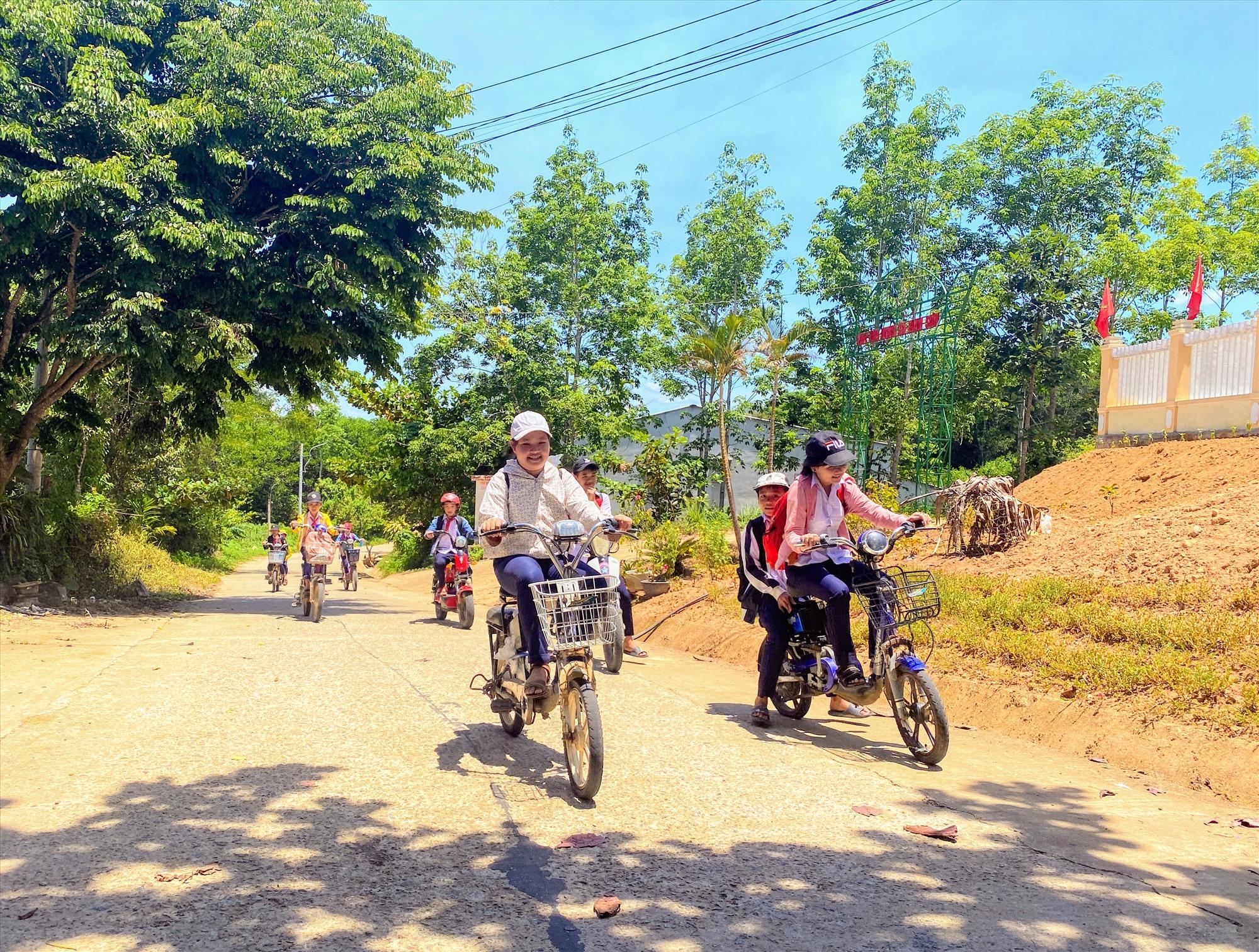 Trẻ em Bình Sơn đi học từ đường nông thôn mới. Ảnh: TẤN SỸ