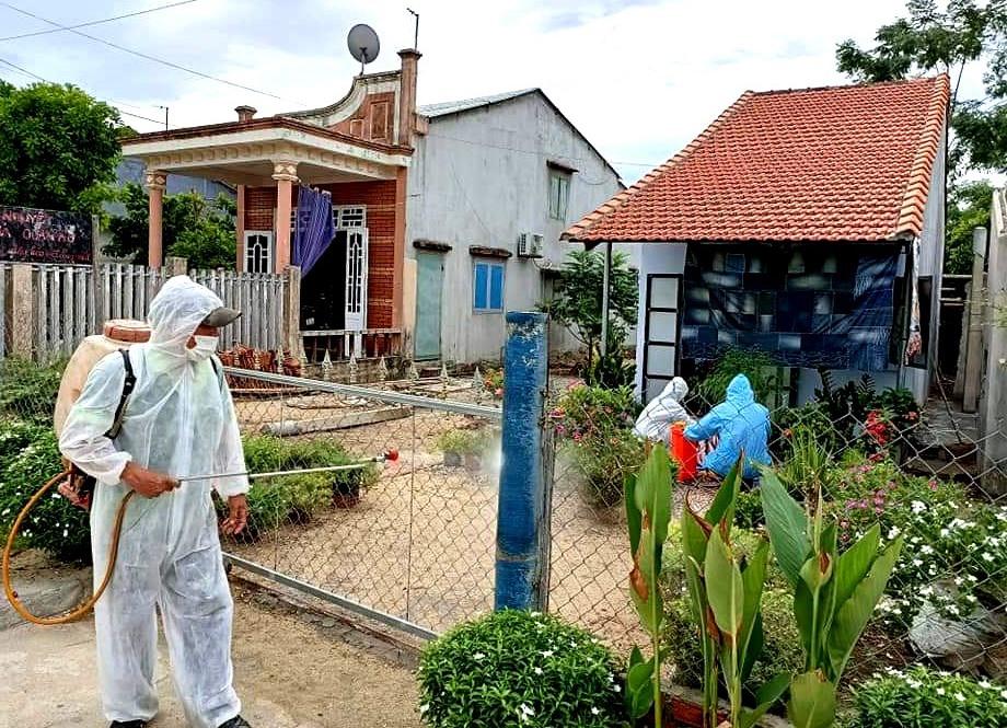 Phun hóa chất tiêu độc, khử trùng nhằm ngăn chặn mầm bệnh phát tán trên địa bàn Duy Xuyên. Ảnh: T.S