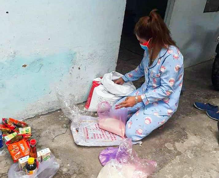 20 lao động trong xóm trọ của Arất Ngái chia nhau từng gói mì tôm, ký gạo do nhà hảo tâm hỗ trợ để cầm cự qua mùa dịch. Ảnh: ARẤT NGÁI