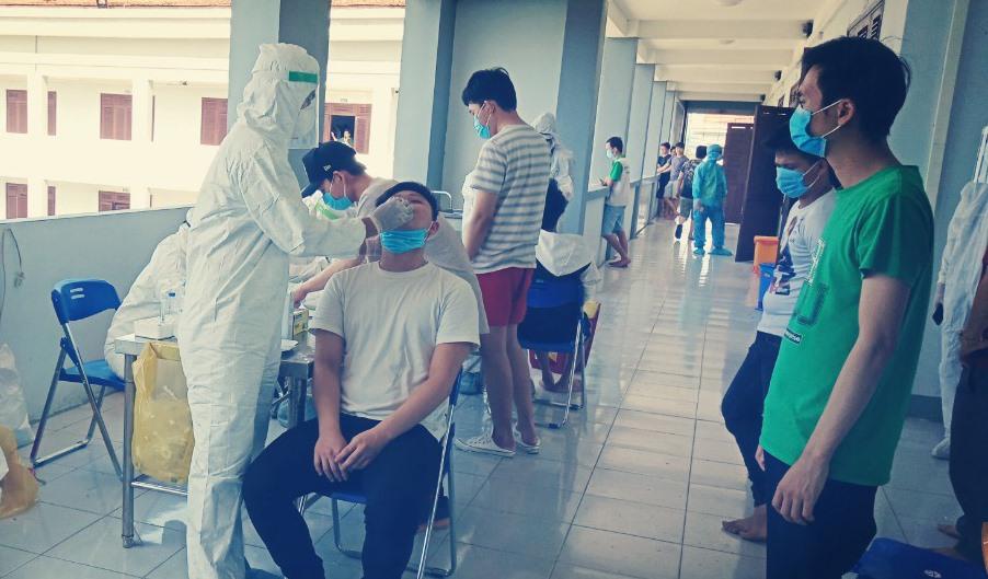 Trung tâm Kiểm soát bệnh tật Quảng Nam lấy mẫu xét nghiệm. Ảnh: A.M