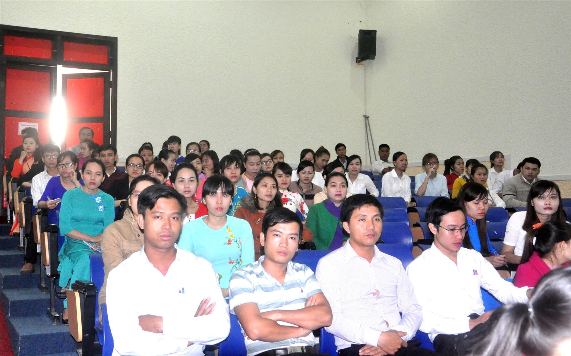 Các thí sinh dự thi tuyển giáo viên năm 2017. Ảnh: T.V