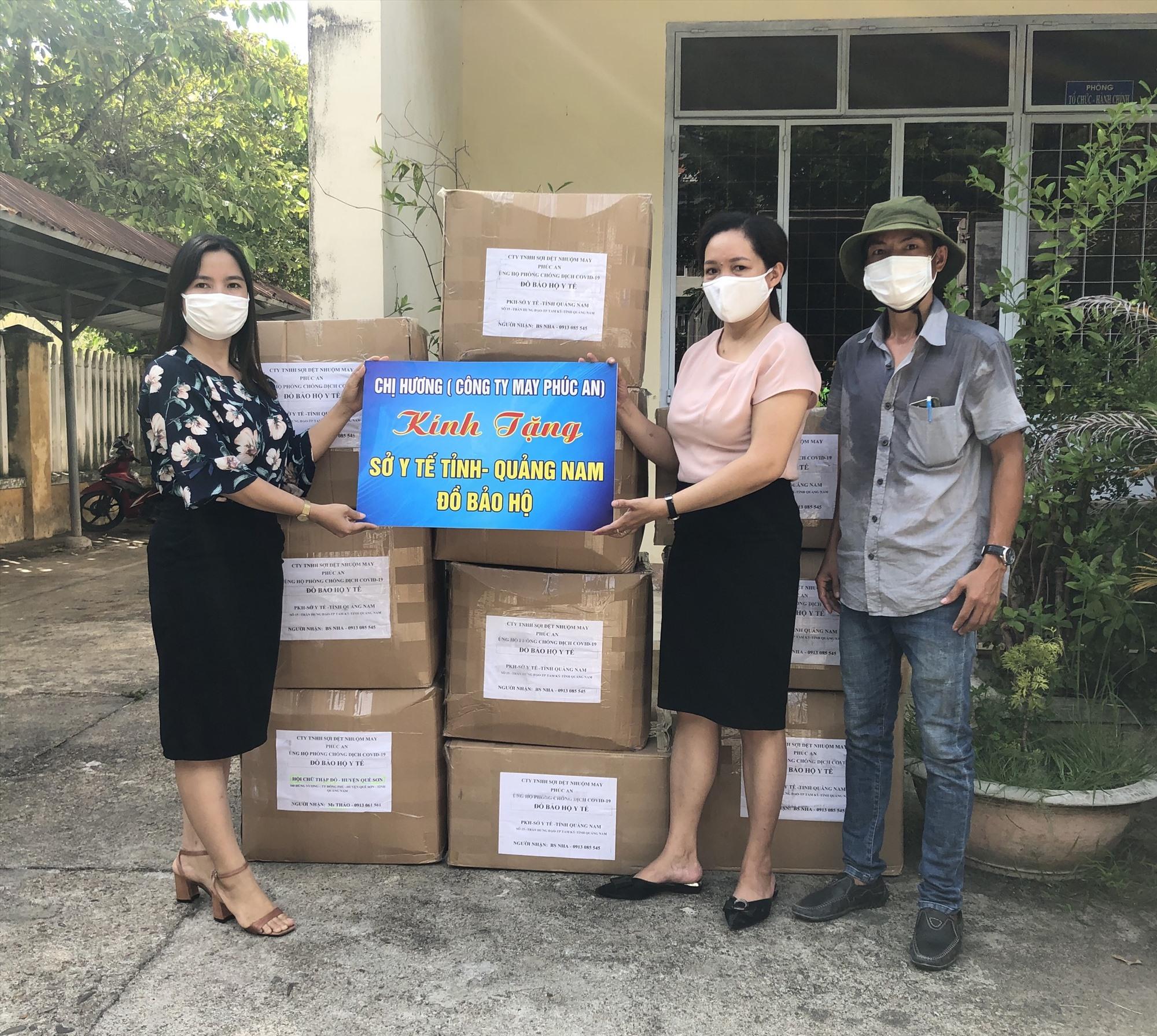 CLB Doanh nhân QNH trao vật tư y tế cho Sở Y tế. Ảnh: MINH AN.