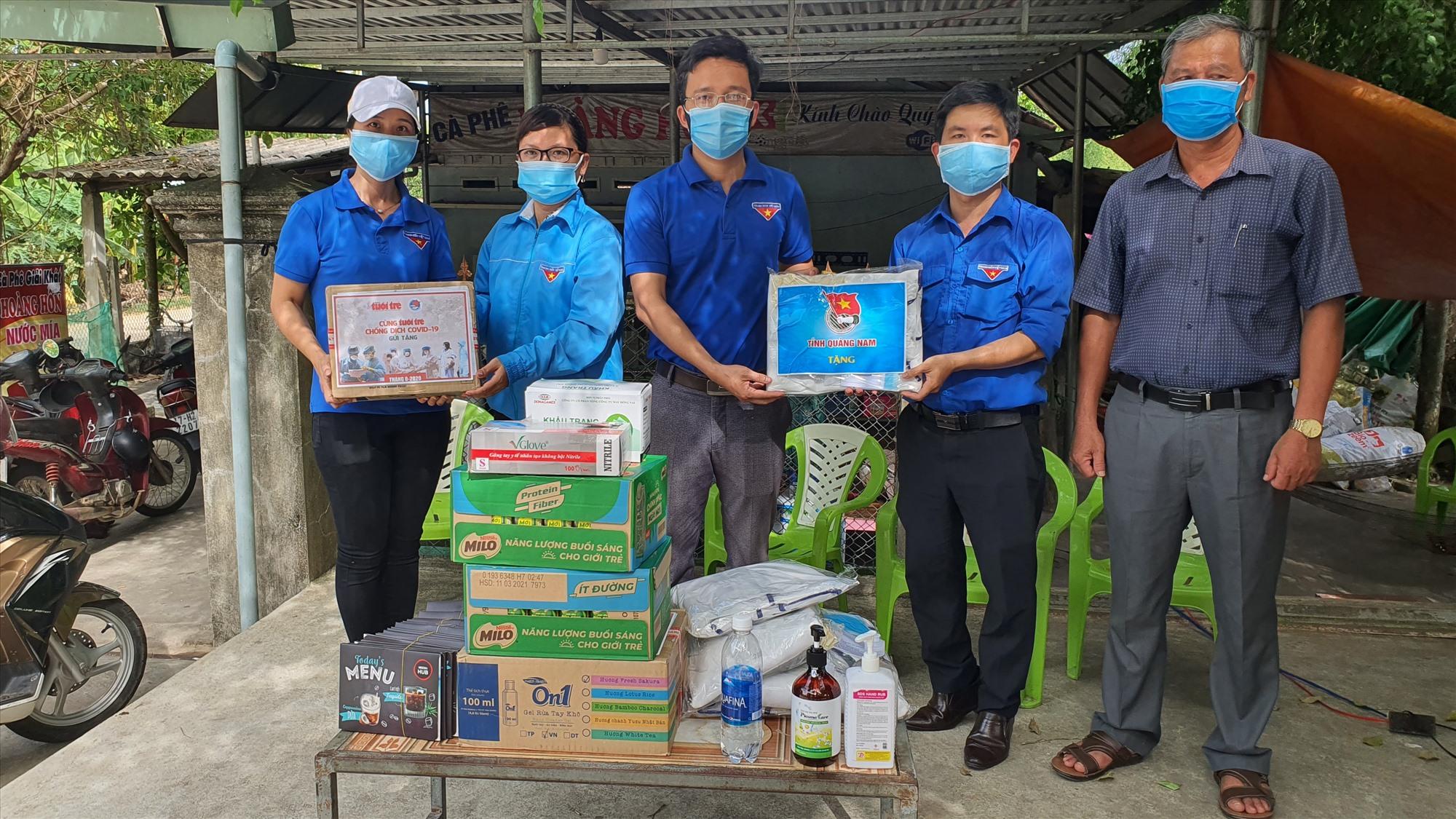Những vật phẩm y tế được Tỉnh đoàn trao tận tay các thanh niên tình nguyện tham gia phòng chống dịch tại chốt kiểm soát xã Quế An, huyện Quế Sơn.
