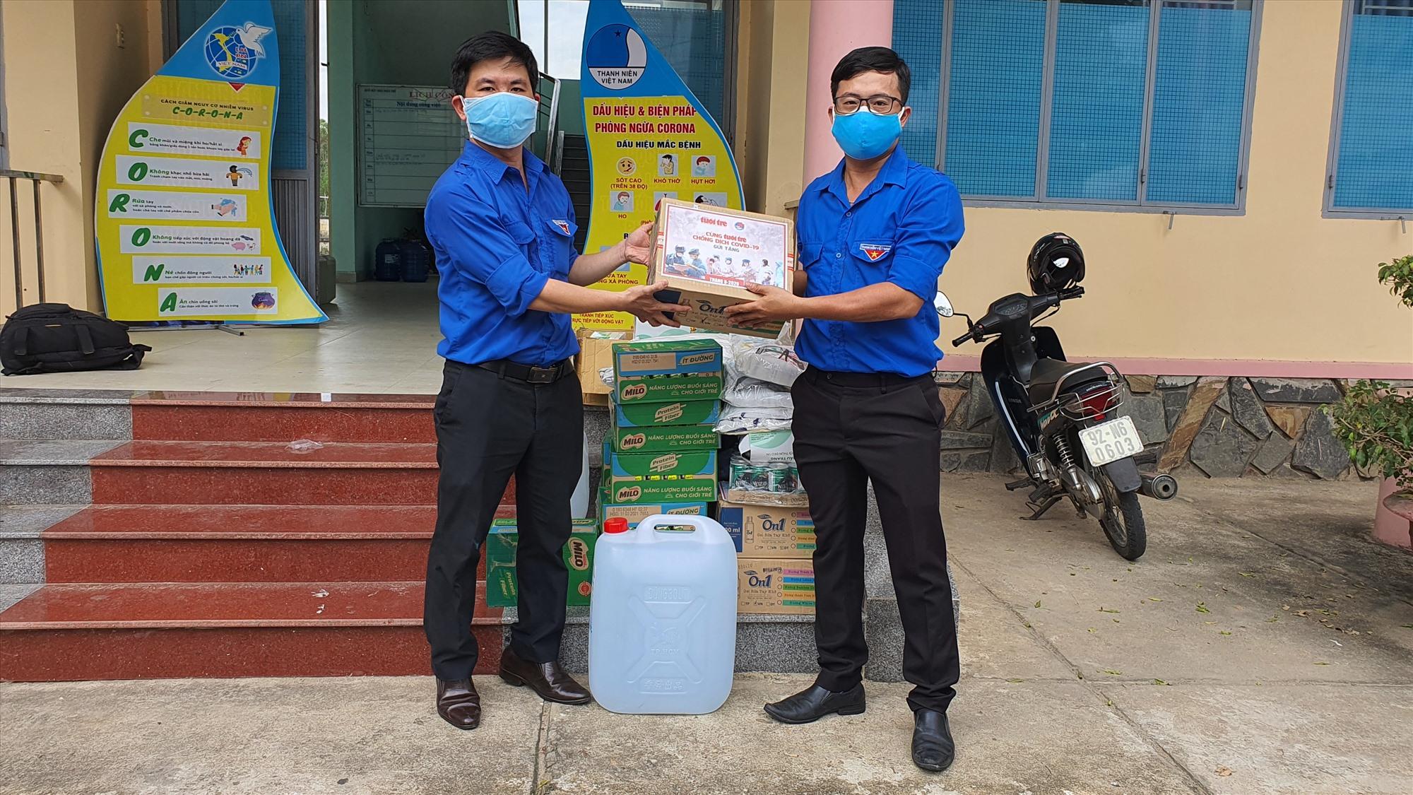 Phó Bí thư Tỉnh đoàn- đồng chí Lê Quang Quỳnh trao tặng những vật phẩm bảo hộ và tiếp sức lực lượng phòng chống dịch cho Huyện đoàn Quế Sơn.