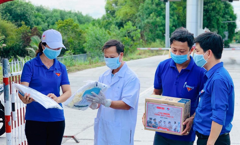 Những vật phẩm y tế để như quần áo bảo hộ, khẩu trang, nước sát khuẩn sẽ giúp lực lượng làm nhiệm vụ phòng chống dịch an tâm thực hiện nhiệm vụ.