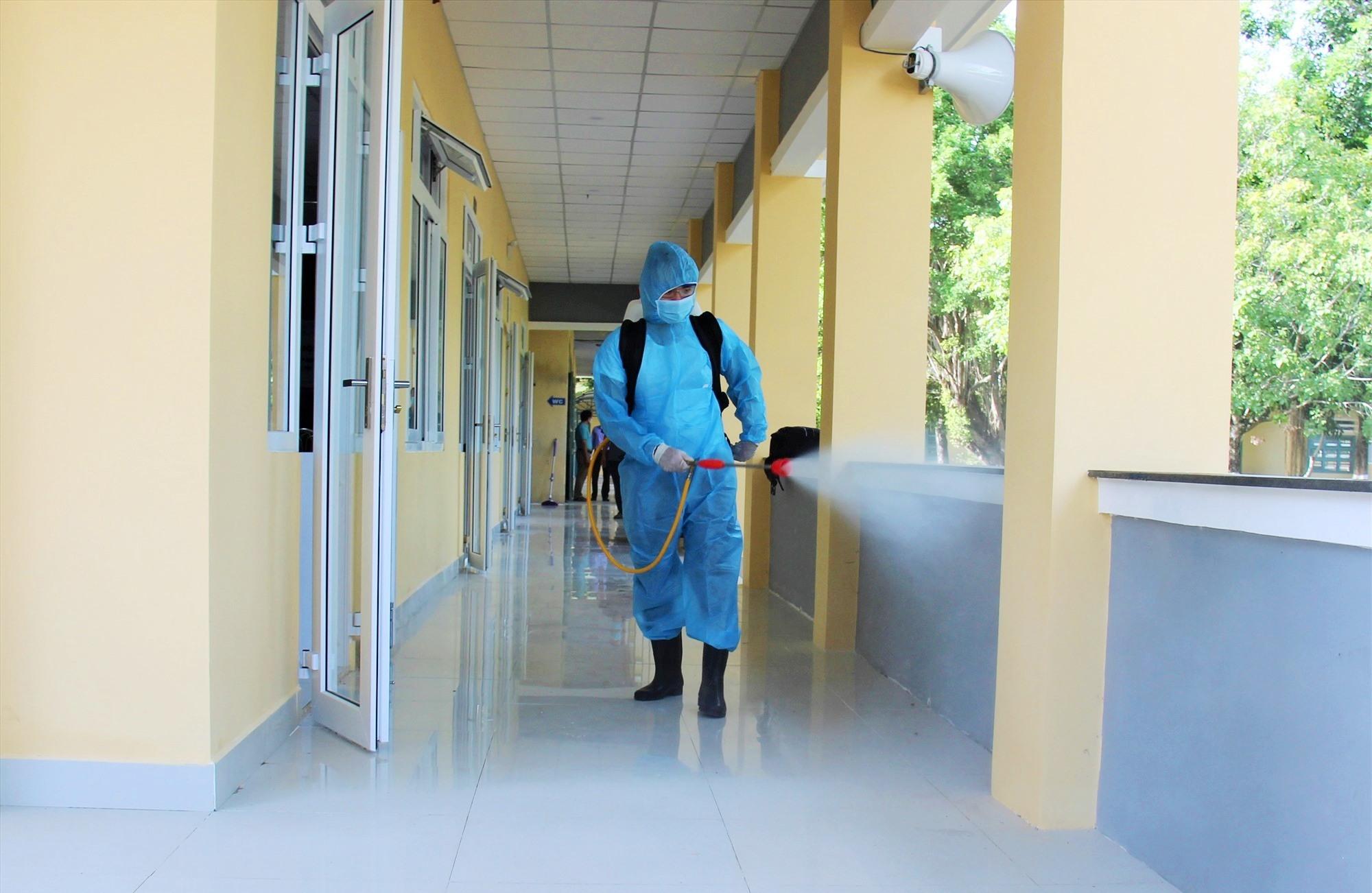Phun hóa chất khử khuẩn tại điểm thi tốt nghiệp THPT năm 2020 trên địa bàn Phú Ninh. Ảnh: THANH THẮNG