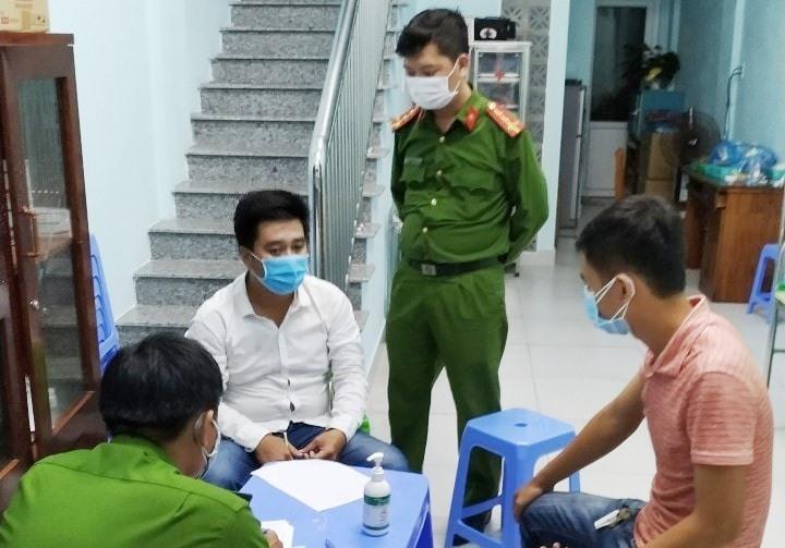 Đối tượng Hùng được gia đình vận động ra trình diện tại TP.Đà Nẵng.