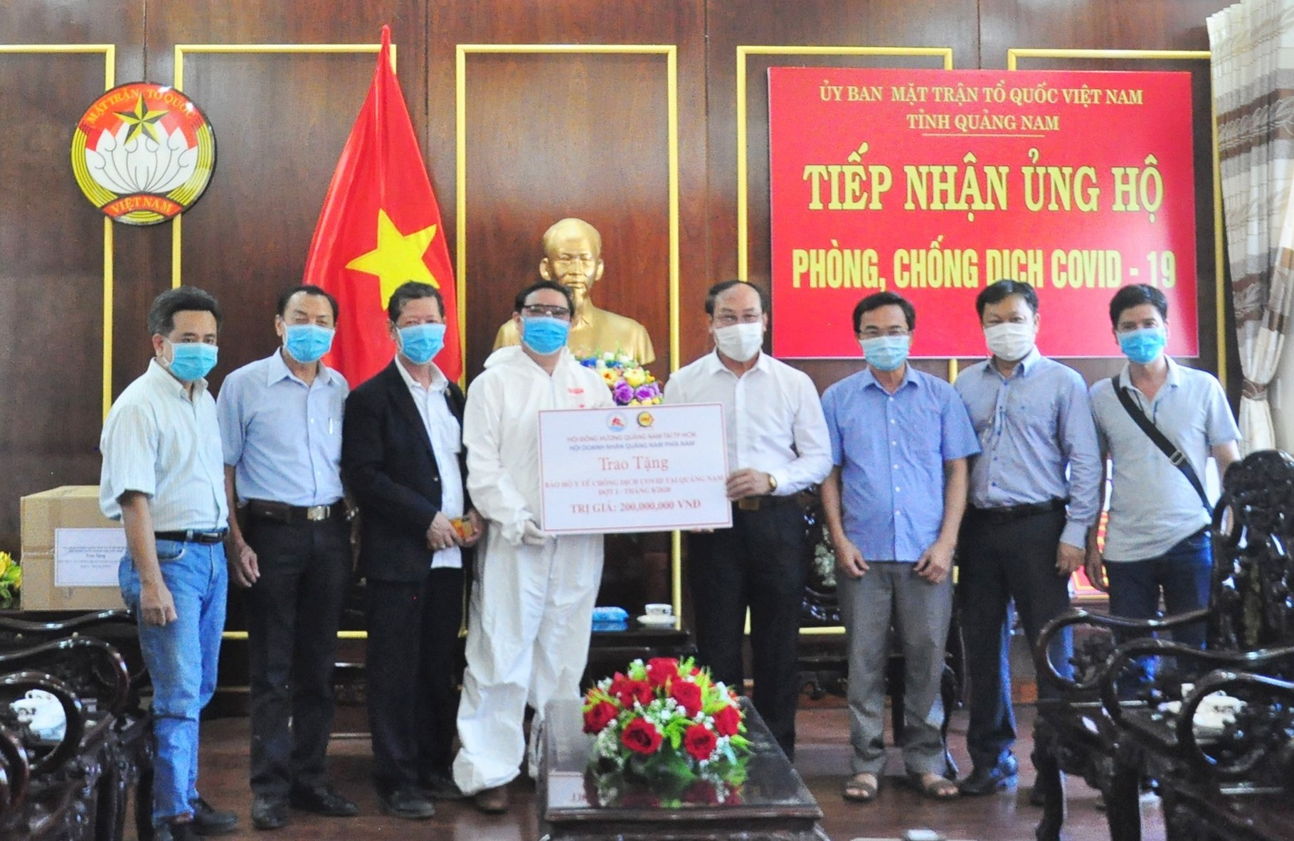 Hội đồng hương Quảng Nam tại TP.Hồ Chí Minh và Hội Doanh nhân Quảng Nam phía Nam tặng vật tư y tế phòng chống dịch Covid-19. Ảnh: VINH ANH