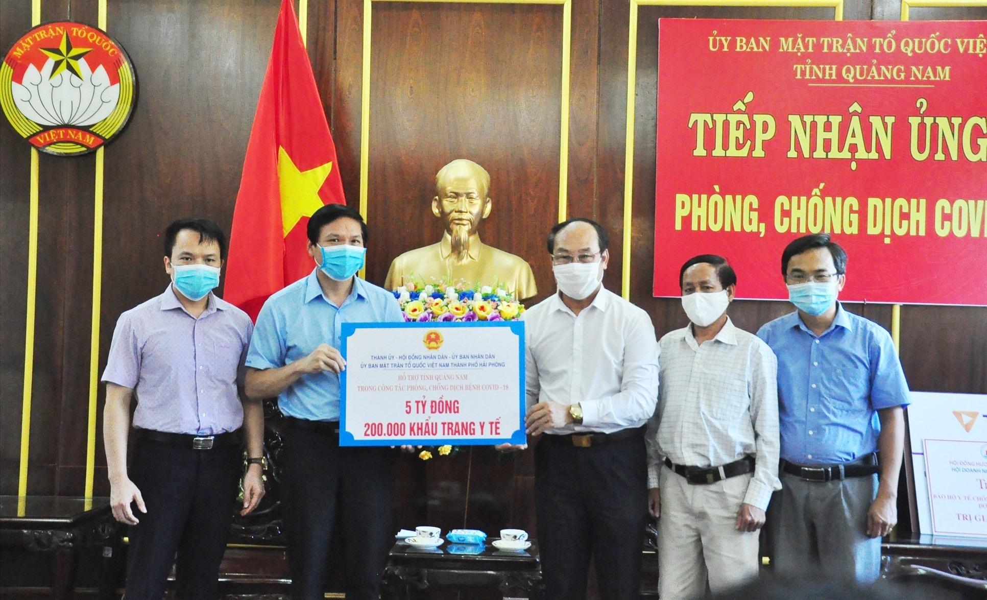 TP.Hải Phòng trao tặng 5 tỷ đồng cùng 200 nghìn khẩu trang y tế cho Quảng Nam phòng chống dịch. Ảnh: VINH ANH