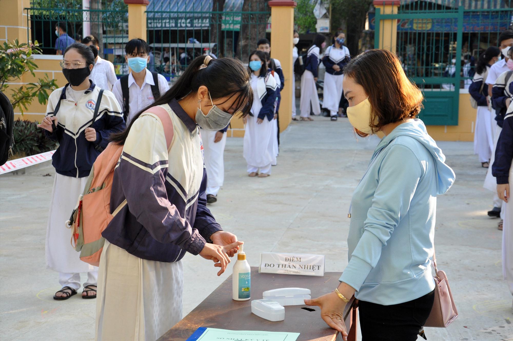 Đo thân nhiệt và sát khuẩn là nhiệm vụ bắt buộc đối với tất cả điểm thi và thí sinh. Ảnh: X.P