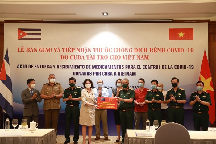 Handover ceremony and reception of medicine from Cuba to fight Covid-19 in Vietnam. Photo:the Ministry of National Defense.
