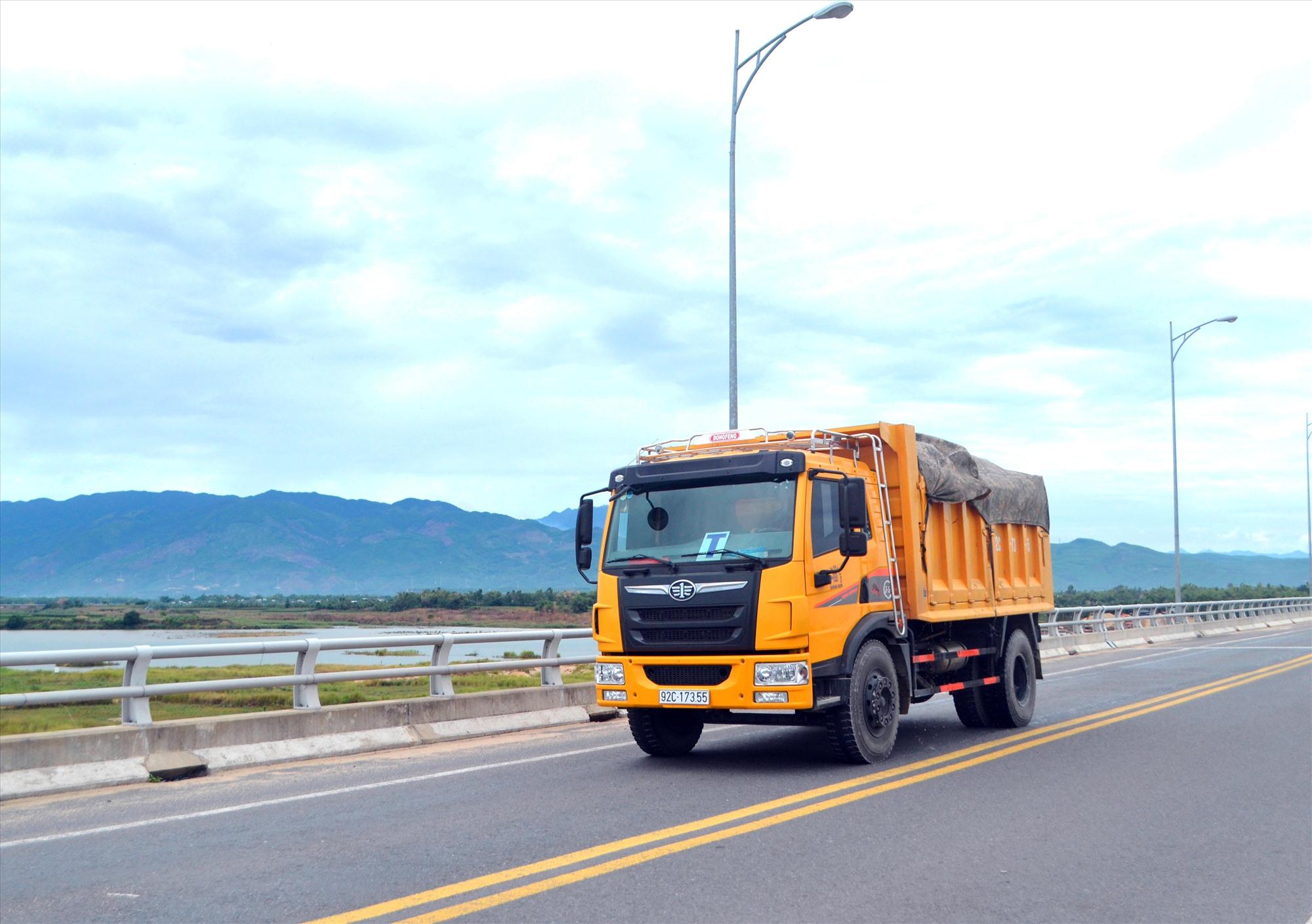 Xe chở nguyên vật liệu được lưu thông trong đợt giãn cách xã hội tại 6 địa phương phía bắc của tỉnh. Ảnh: K.K