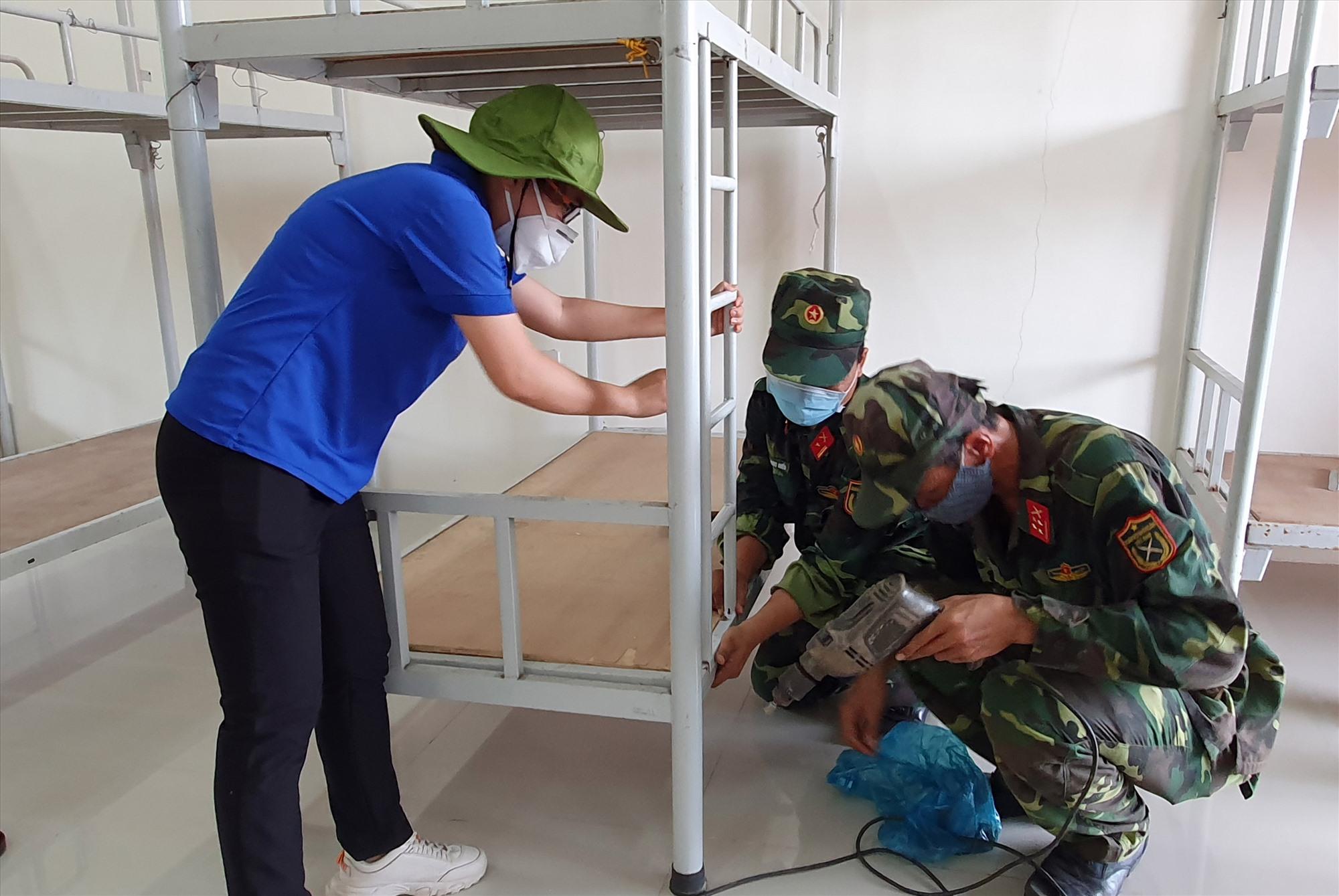 Thanh niên Tam Kỳ tham gia chuẩn bị khu cách ly tập trung. Ảnh: L.T