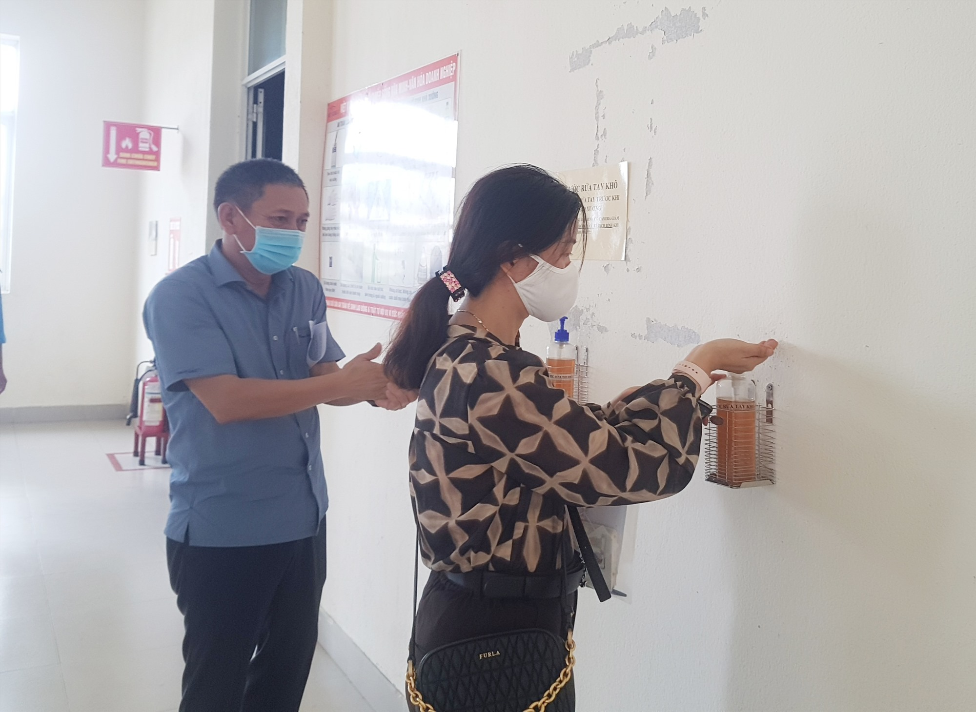 Tại mỗi cửa ra vào và các phân xưởng đều được doanh nghiệp bố trí nước rửa tay sát khuẩn. Ảnh: D.L