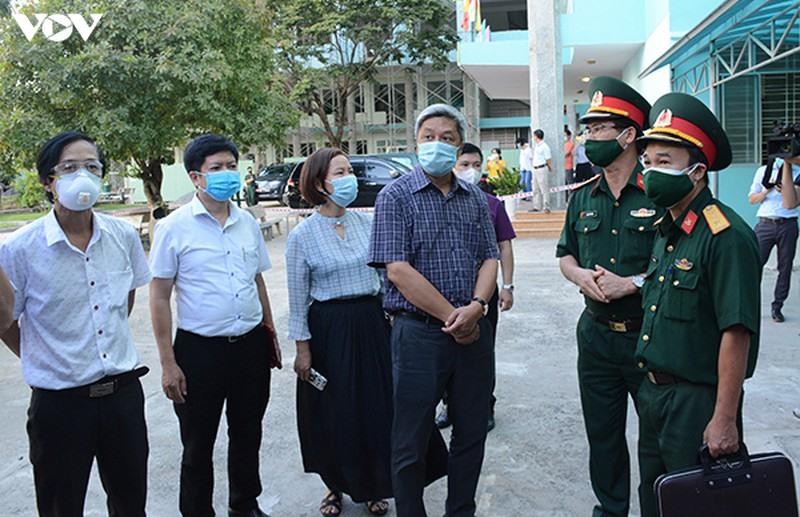Thứ Trưởng Bộ Y tế Nguyễn Trường Sơn kiểm tra và chỉ đạo công tác bàn giao tiếp nhận dụng cụ y tế tại Kho tiền phương Bộ tại Đà Nẵng.