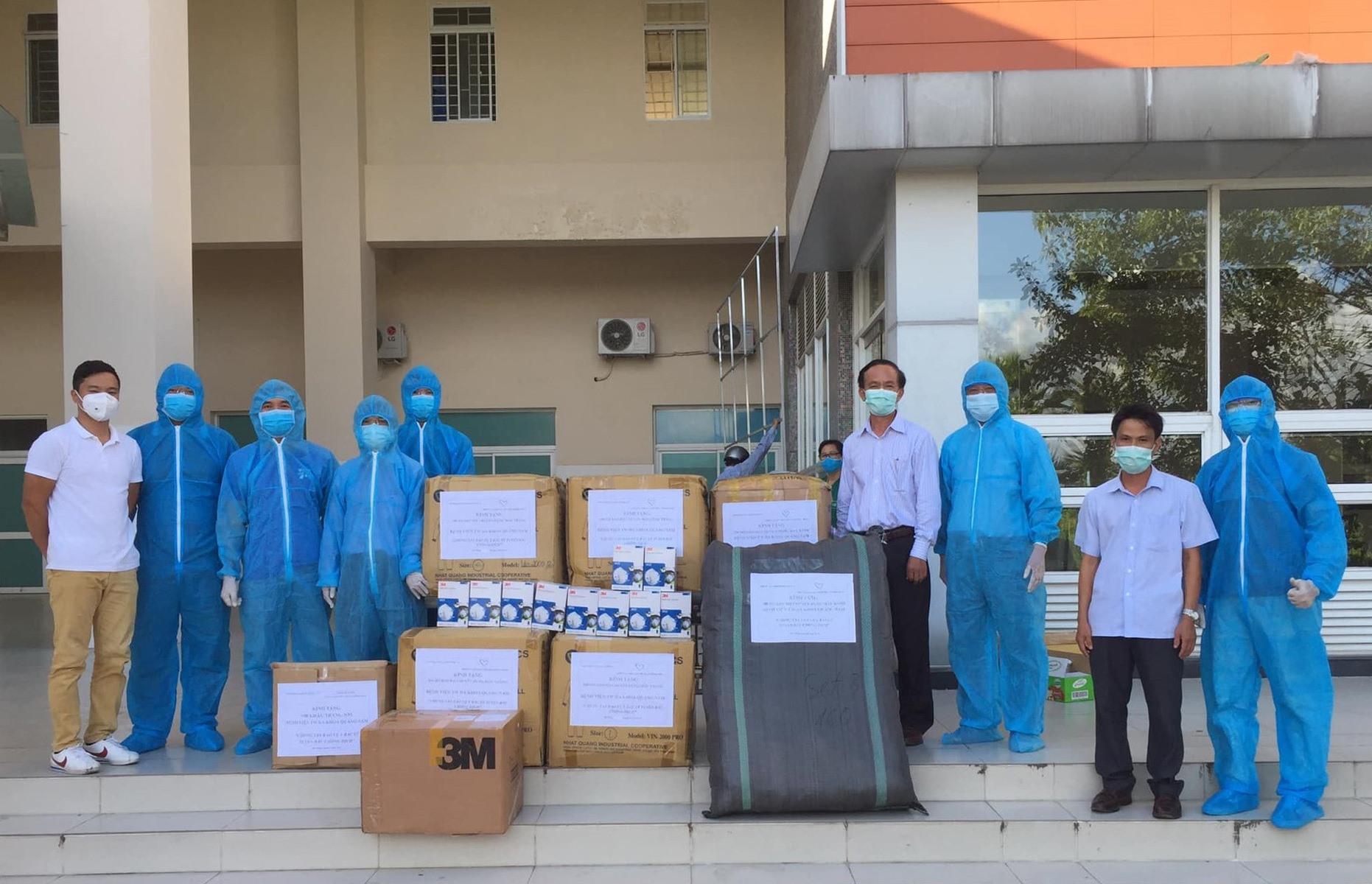 Hội Từ thiện Quảng Nam và các nhà hảo tâm ở TP.Đà Nẵng trao vật dụng hỗ trợ cơ sở y tế ở Quảng Nam. Ảnh: HỘI TỪ THIỆN CUNG CẤP.