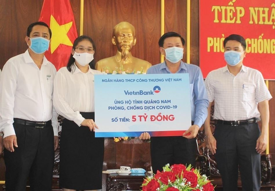gân hàng TPCP Công thương Việt Nam ủng hộ 5 tỷ đồng giúp Quảng Nam phòng chống dịch bệnh Covid-19. Ảnh: VINH ANH