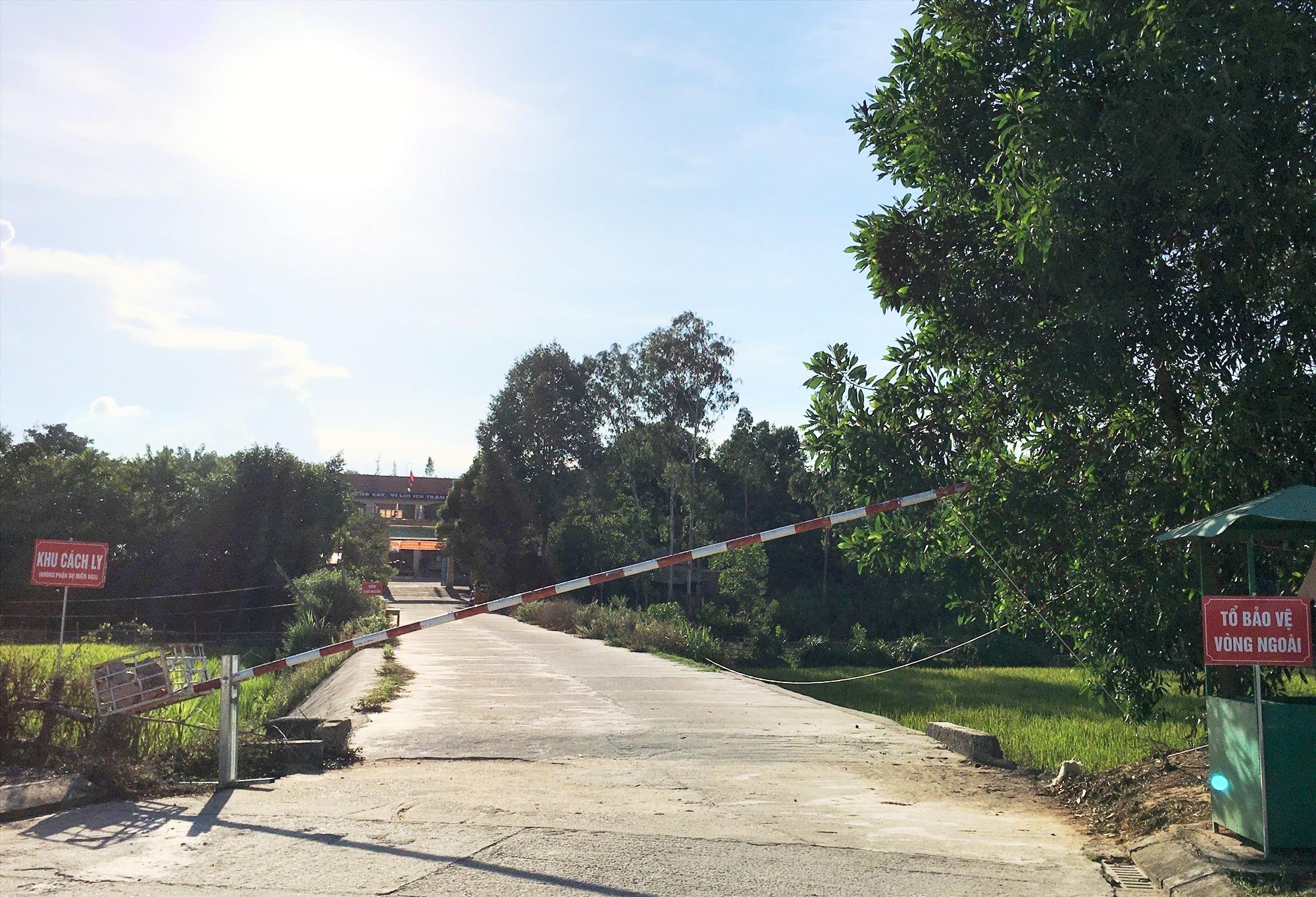 Khu cách ly tại Trường Tiểu học Nguyễn Duy Hiệu (thị trấn Phú Thịnh) đang cách ly tập trung 111 người. Ảnh: VINH ANH