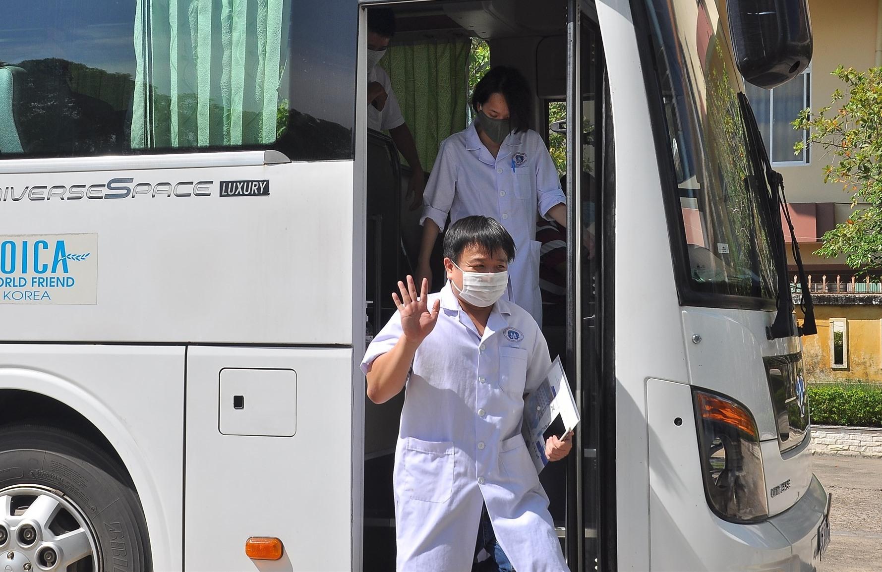 Đoàn y bác sĩ tình nguyện tỉnh Phú Thọ vui vẻ khi đặt chân đến Quảng Nam. Ảnh: VINH ANH