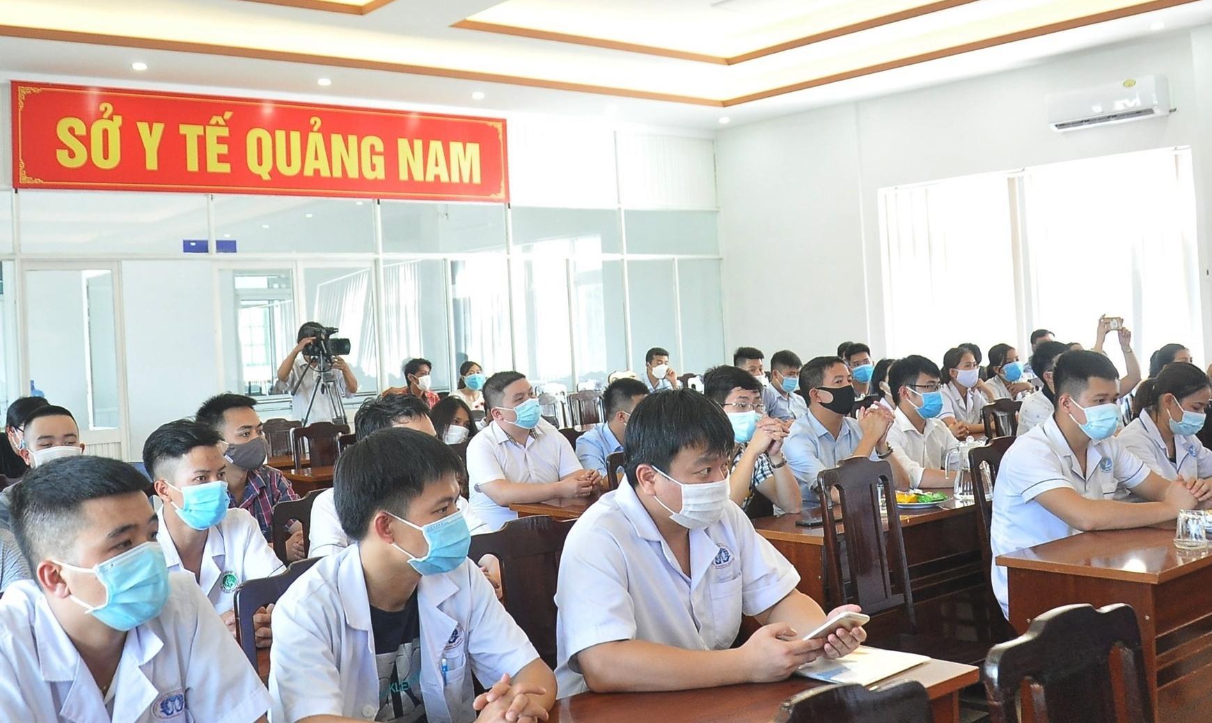 Từ hôm nay, 18 bác sĩ và 20 điều dưỡng của tỉnh Phú Thọ sẽ bắt tay hỗ trợ ngành Y tế Quảng Nam chống dịch. Ảnh: VINH ANH