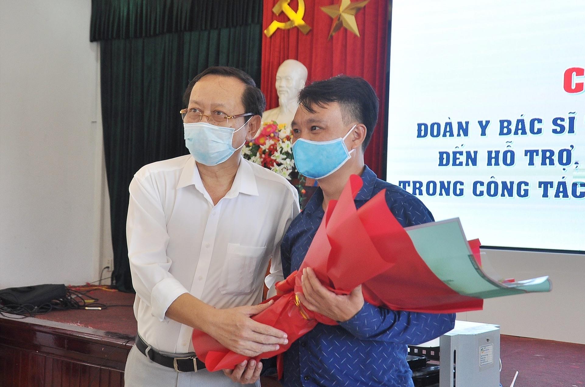 Ông Nguyễn Văn Hai - Giám đốc Sở Y tế tỉnh Quảng Nam tặng hoa chào mừng đoàn cán bộ y tế của tỉnh Phú Thọ. Ảnh: VINH ANH