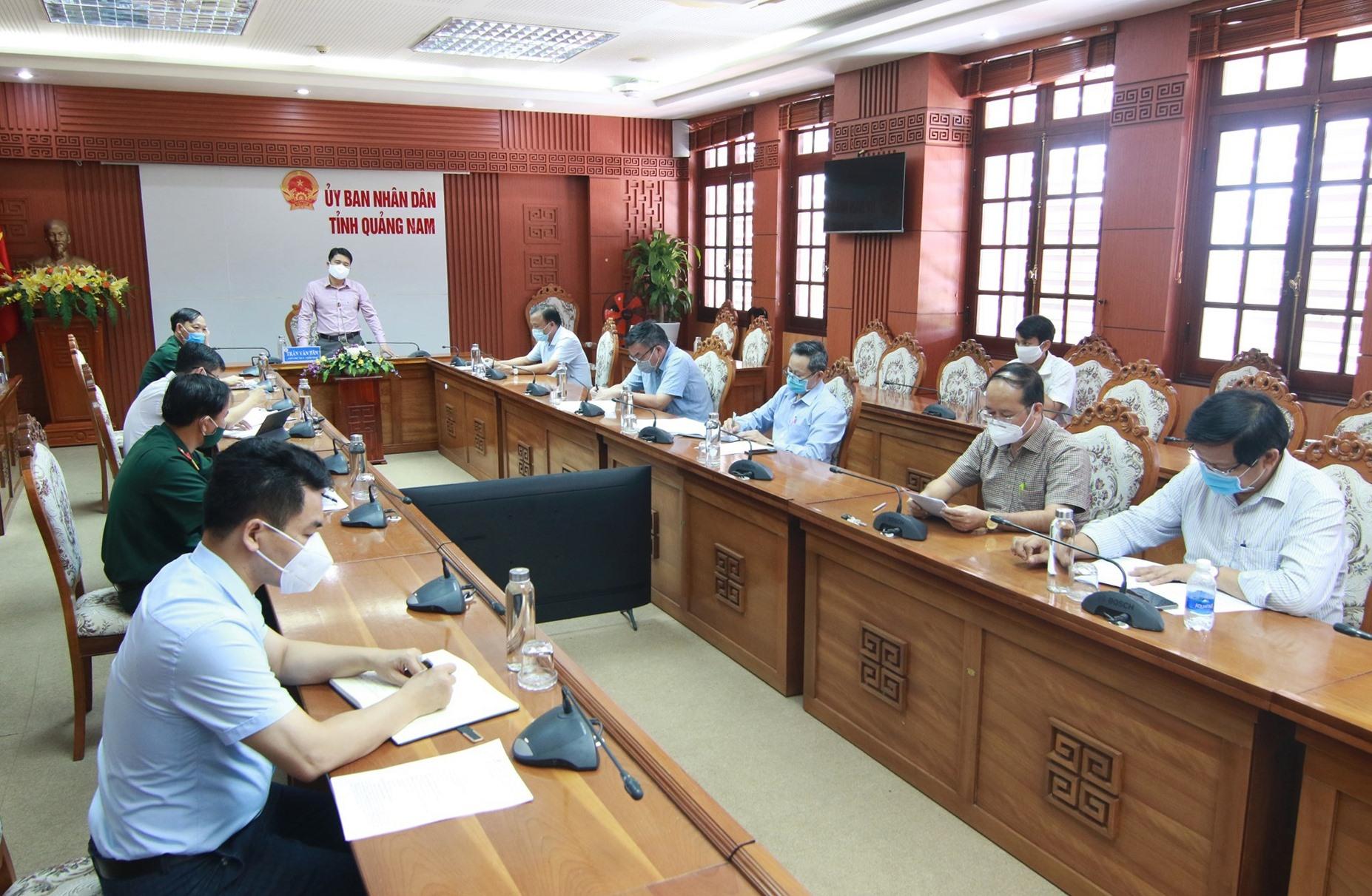 Phó Chủ tịch UBND tỉnh Trần Văn Tân yêu cầu tiểu ban điều trị phải sẵn sàng phương án cho mọi tình huống. Ảnh: T.C