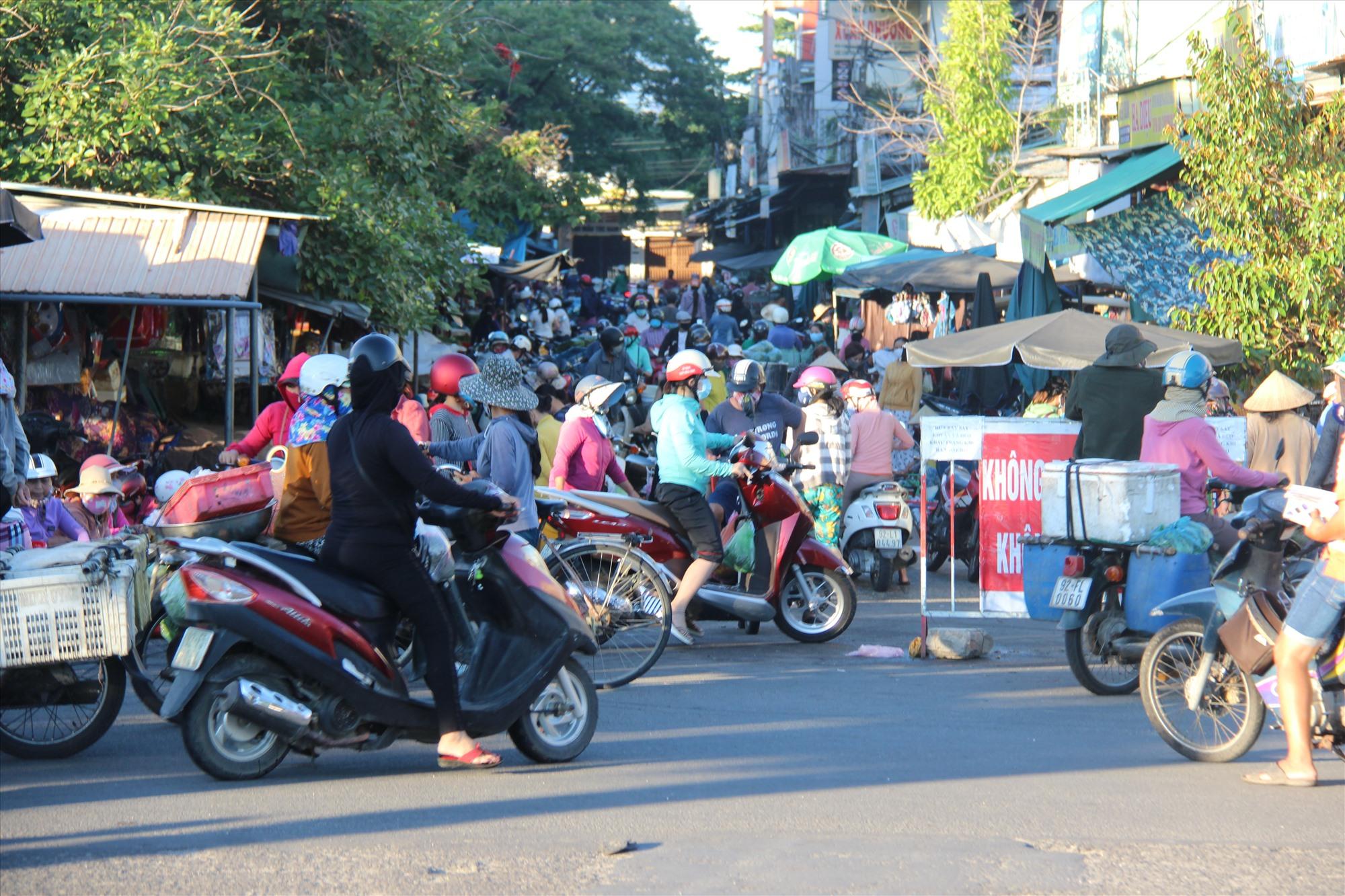 Sáng nay một số khu vực chợ Tam Kỳ vẫn đông người dân đến mua bán. Ảnh: THANH THẮNG