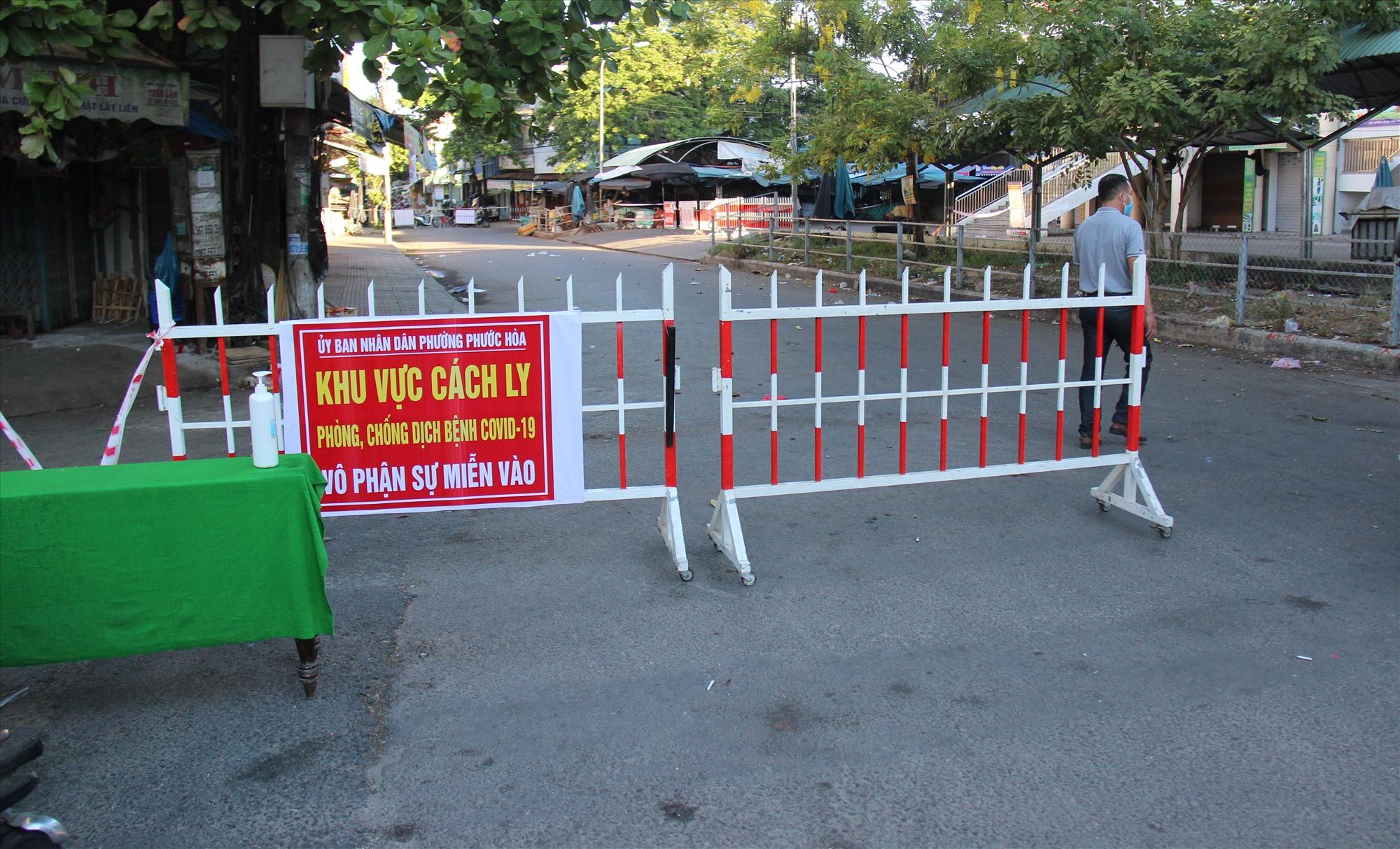 Hàng rào cách ly được dựng lên vào tối 8.8. Ảnh: THANH THẮNG