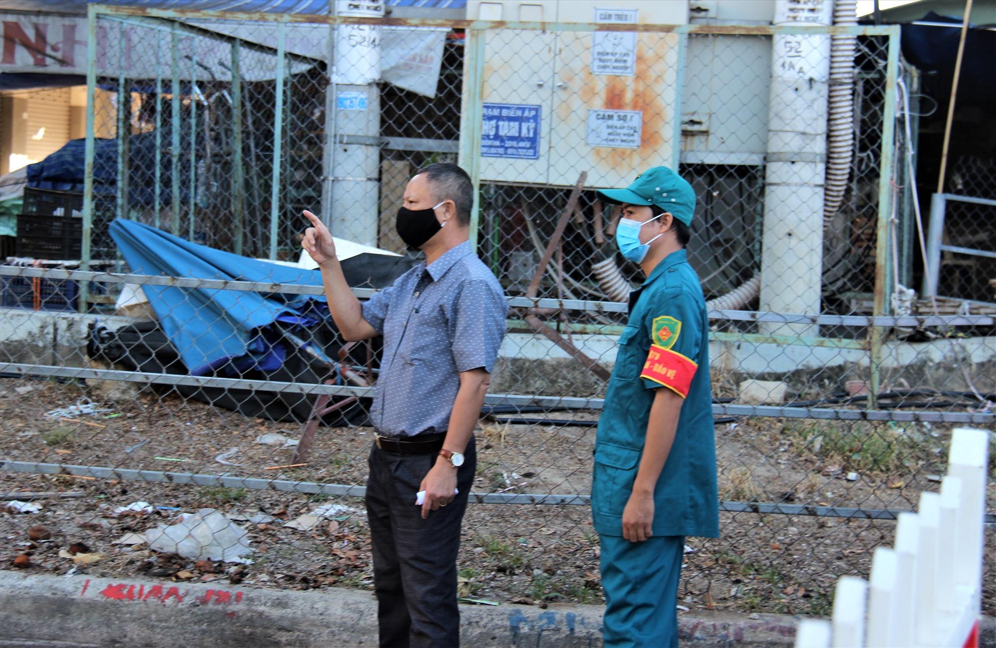 Ông Phan Đình Thành (cáo ca rô) - Chủ tịch phường Phước Hòa kiểm tra việc thực hiện phong tỏa để phòng chống dịch Covid-19. Ảnh: THANH THẮNG
