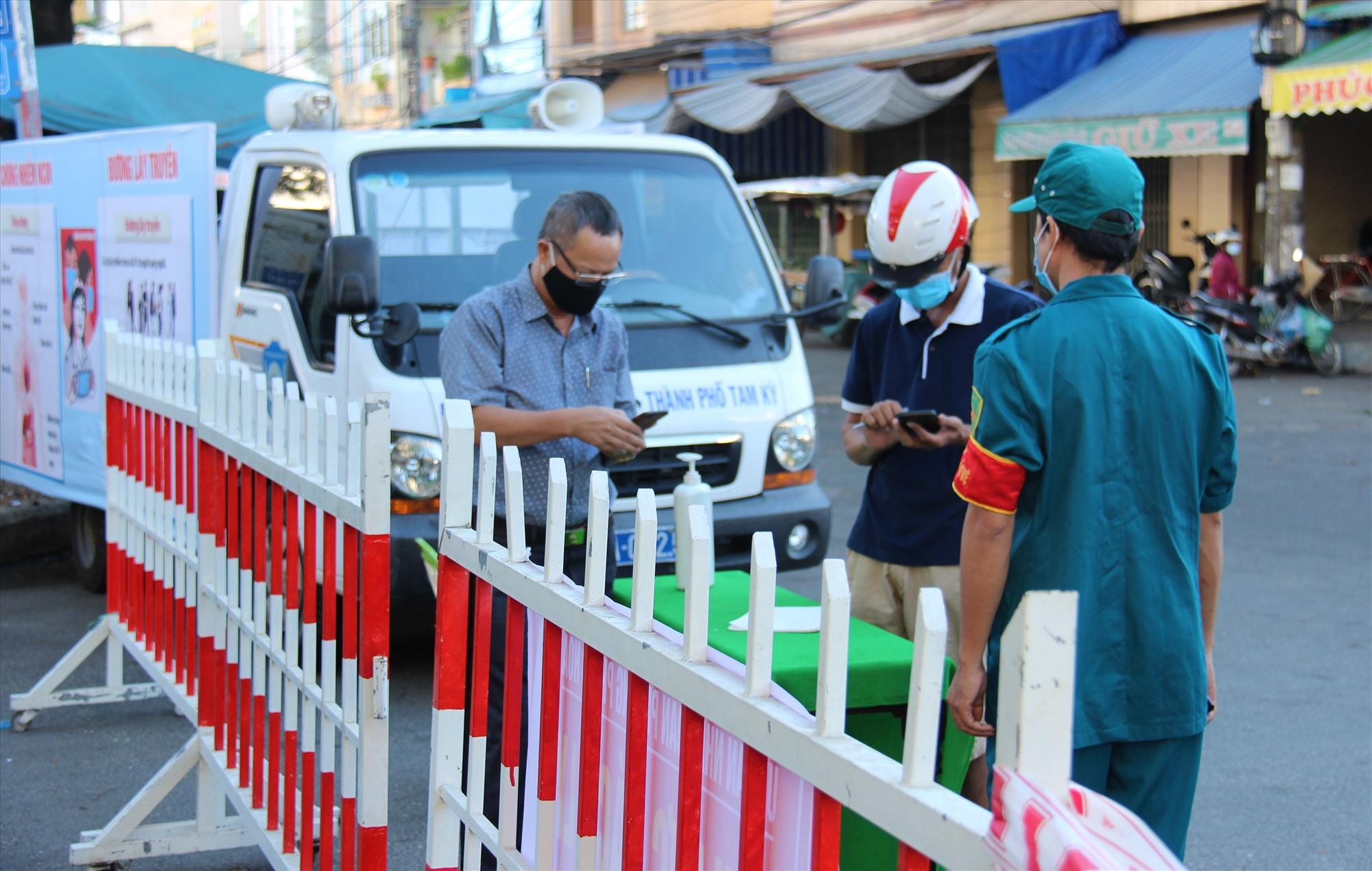 Lực lượng chức năng phường Phước Hòa chốt chặn tại khu vực phong tỏa. Ảnh: THANH THẮNG