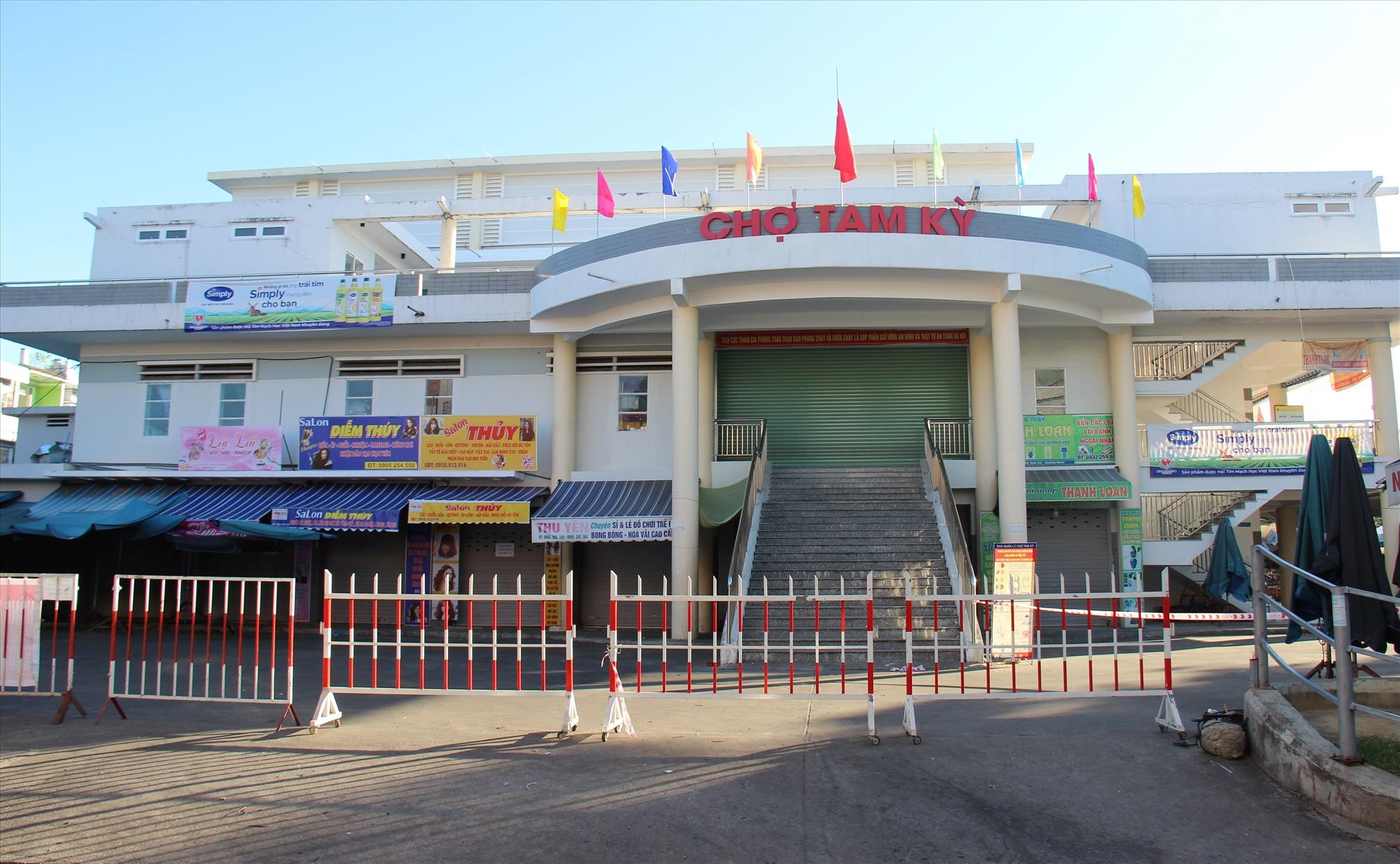 Một hành rào được dựng lên trước cổng ra vào chợ Tam Kỳ (khu vực đường Phan Đình Phùng). Ảnh: THANH THẮNG
