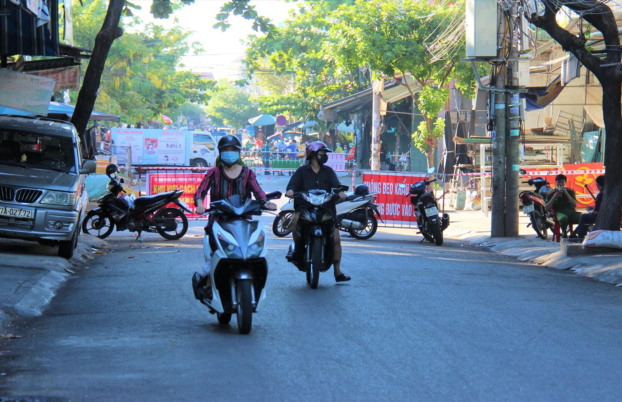 Sáng ngày 8.9, rất nhiều phương tiện phải quay đầu xe khi đi qua tuyến đường Phan Đình Phùng (Tam Kỳ). Ảnh: THANH THẮNG