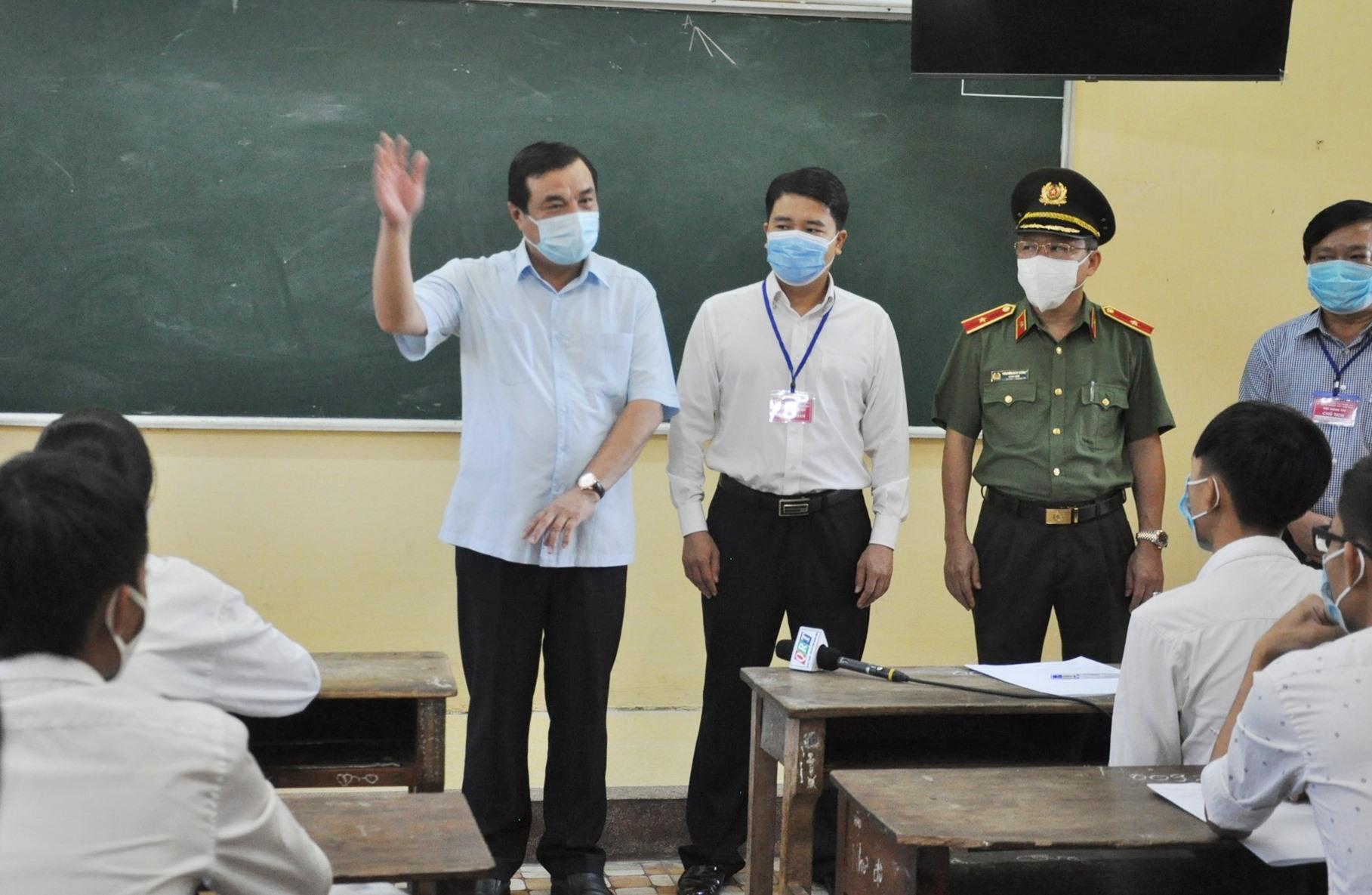 Bí thư Tỉnh ủy Phan Việt Cường dặn dò và chúc các em TS thi đạt kết quả tốt. Ảnh: X.P