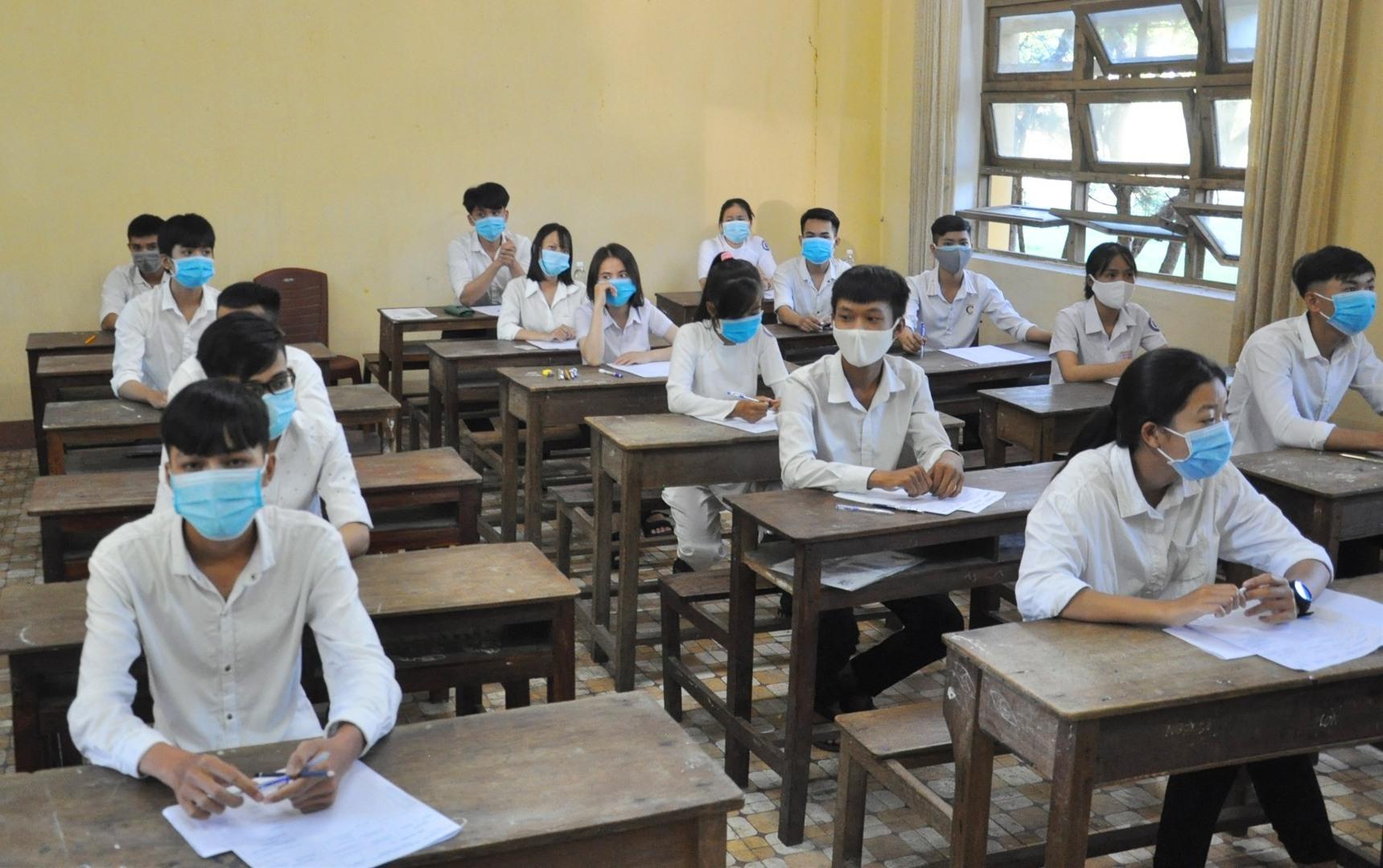 TS vào phòng thi chuẩn bị cho buổi thi đầu tiên. Ảnh: X.P