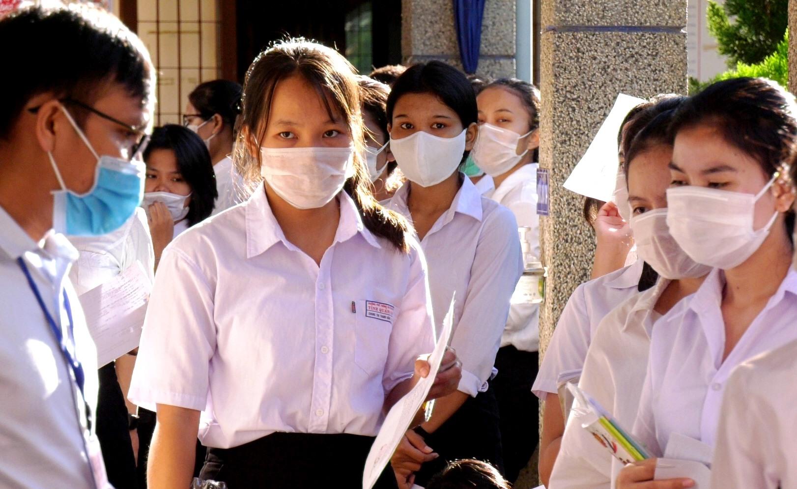 Các thí sinh tại điểm thi Trường Phổ thông Dân tộc nội trú THCS huyện Nam Giang chuẩn bị tâm lý trước giờ thi. Ảnh: V.K
