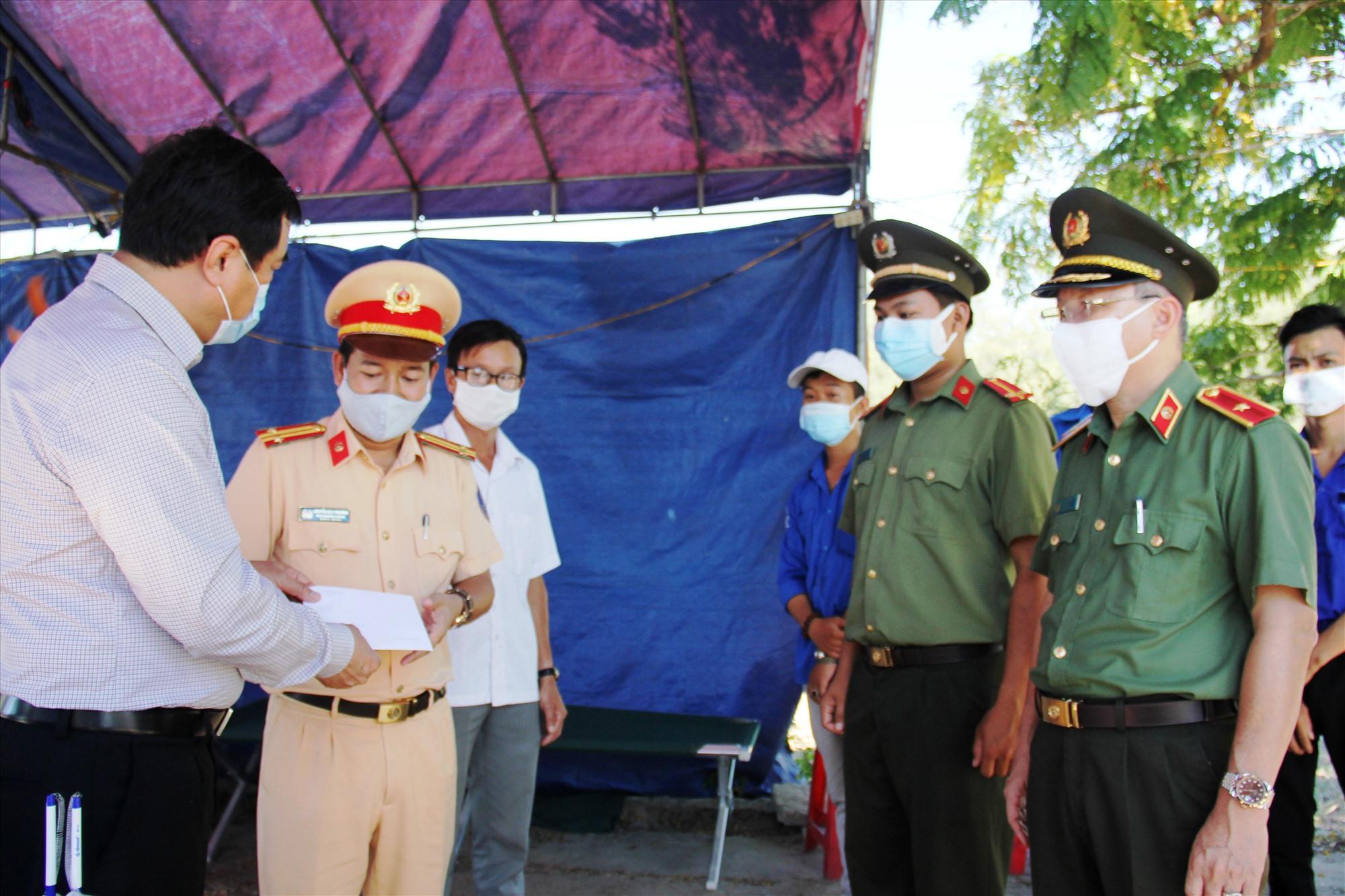 Đồng chí Phan Việt Cường trao quà động viên các chiến sĩ làm nhiệm vụ. Ảnh: A.N