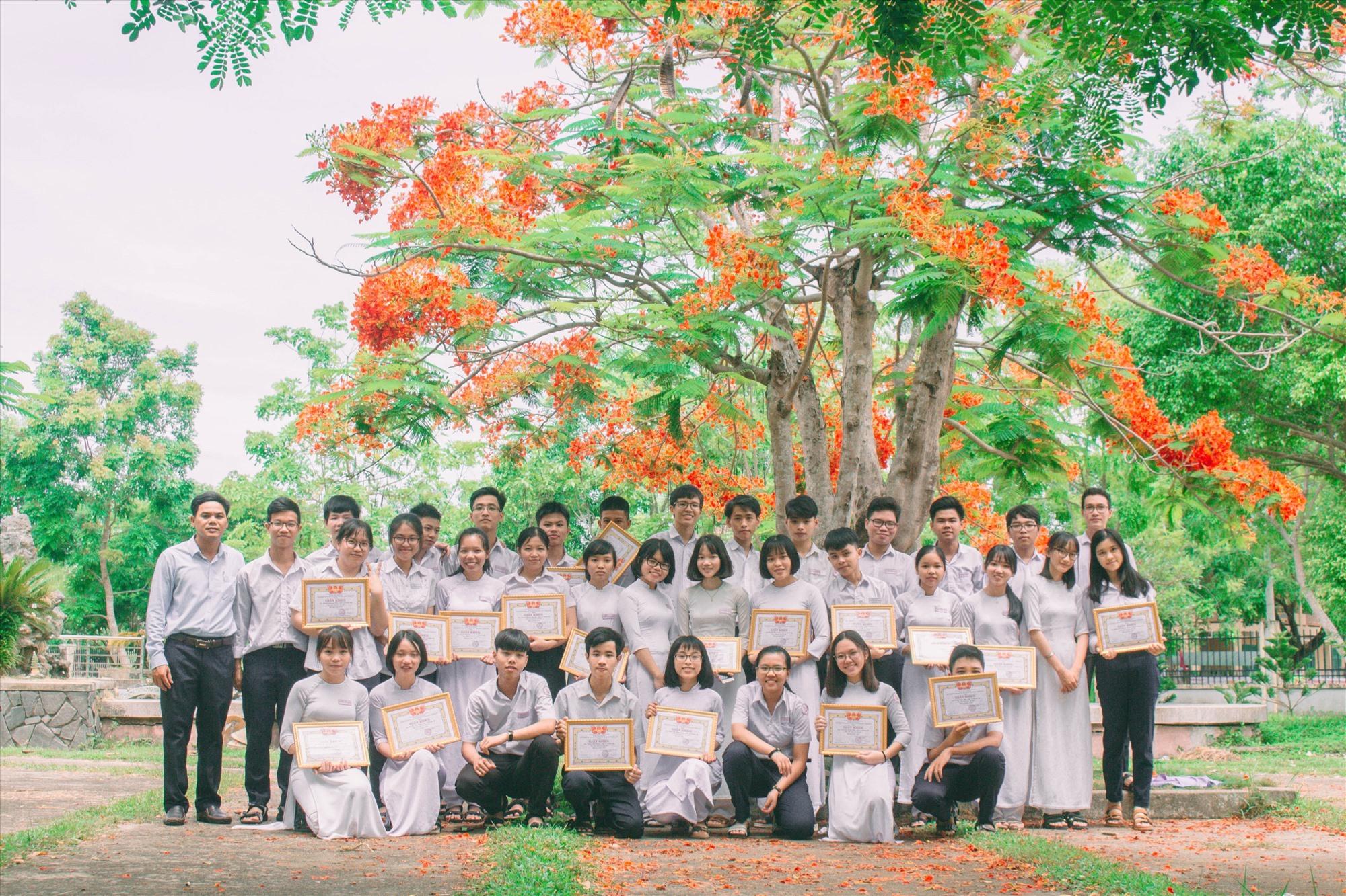 Phạm Thị Phương Thanh (bìa phải, hàng đứng) cùng thầy chủ nhiệm và các bạn. Ảnh: NVCC