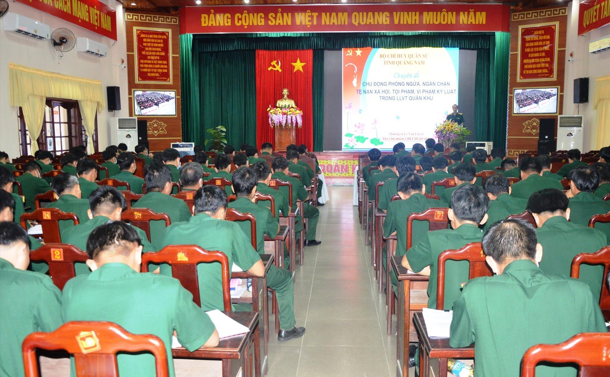 Quang cảnh buổi học tập cho đối tương sĩ quan cấp tá.