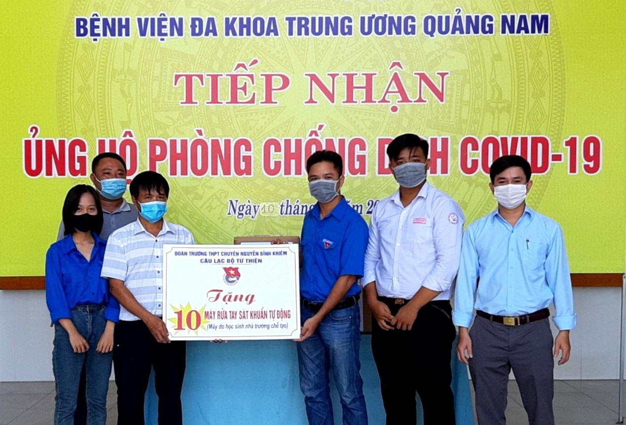 Đại diện Đoàn trường THPT chuyên Nguyễn Bỉnh Khiêm trao tặng 10 máy rửa tay sát khuẩn tự động cho Bệnh viên Đa khoa Trung ương Quảng Nam. Ảnh: Đ.N