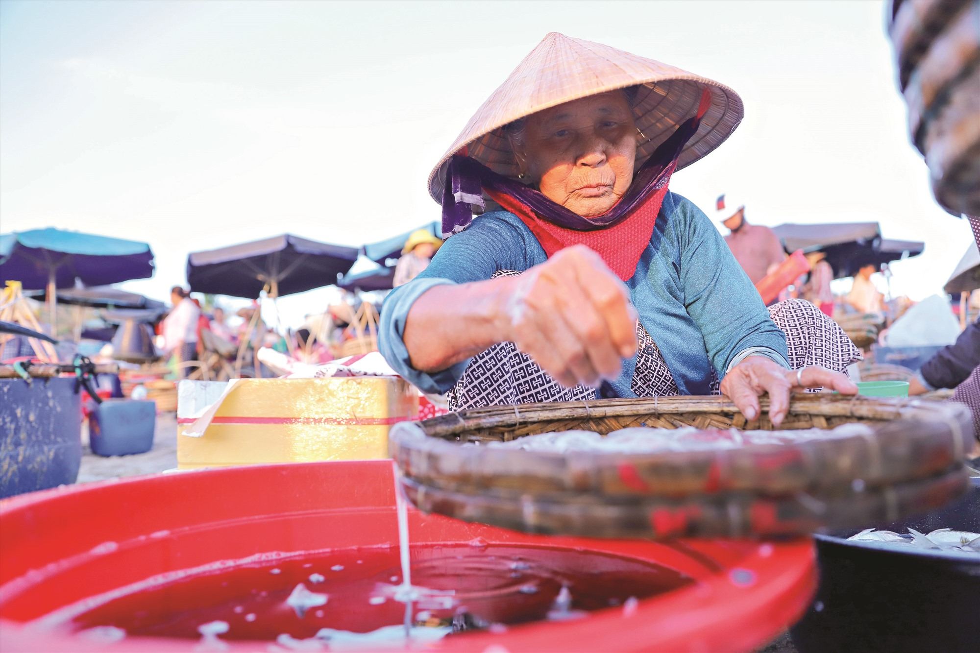 Nhiều cụ bà tuổi đã gần thất thập, vẫn gắn cuộc đời mình với chợ cá mỗi ngày.