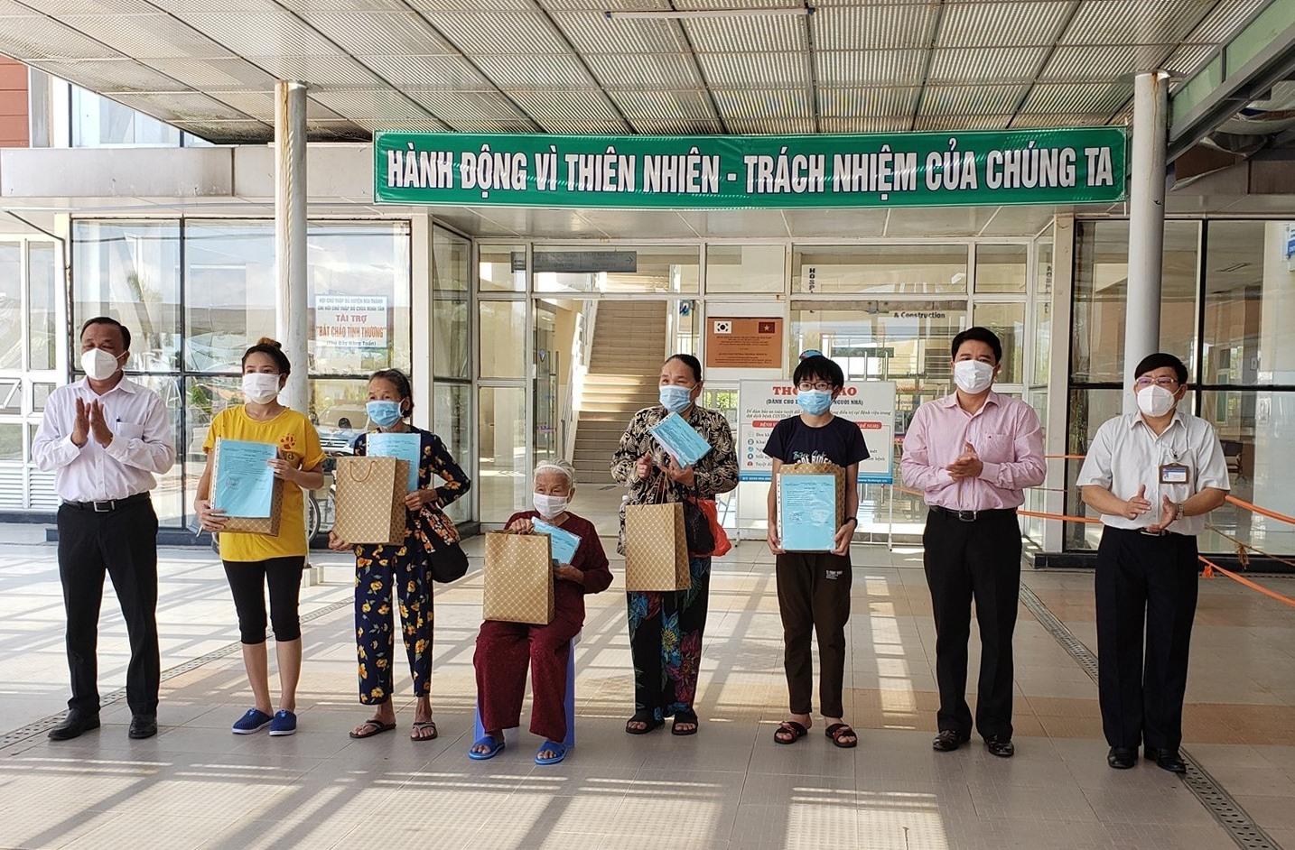 Bệnh viện Đa Khoa Trung ương Quảng Nam tổ chức cho xuất viện 5 bệnh nhân mắc Covid-19 đã khỏi bệnh. ẢNH: QT