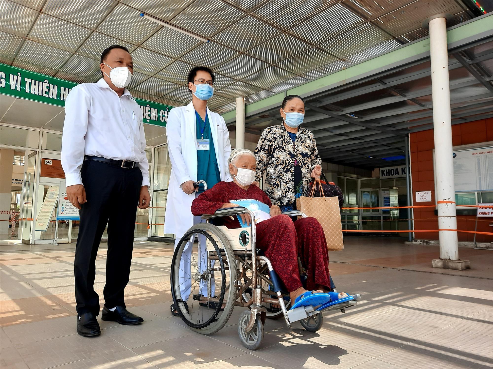 Cụ bà 100 tuổi là bệnh nhân 592 đã được chữa khỏi bệnh. Ảnh: Q.T