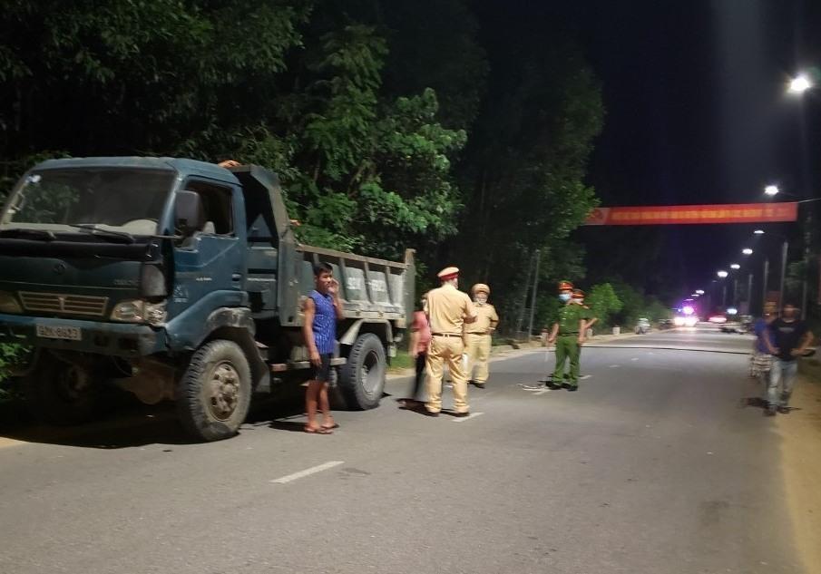 Lực lượng công an tiến hành thu thập thông tin vụ tai nạn. Ảnh: HOÀI AN