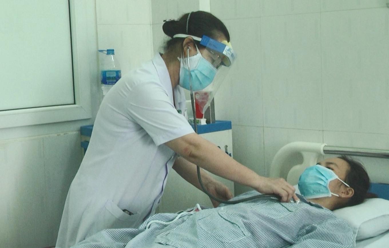 Một bệnh nhân được điều trị tại Bệnh viện Đa khoa Vĩnh Đức. Ảnh: HOÀI AN