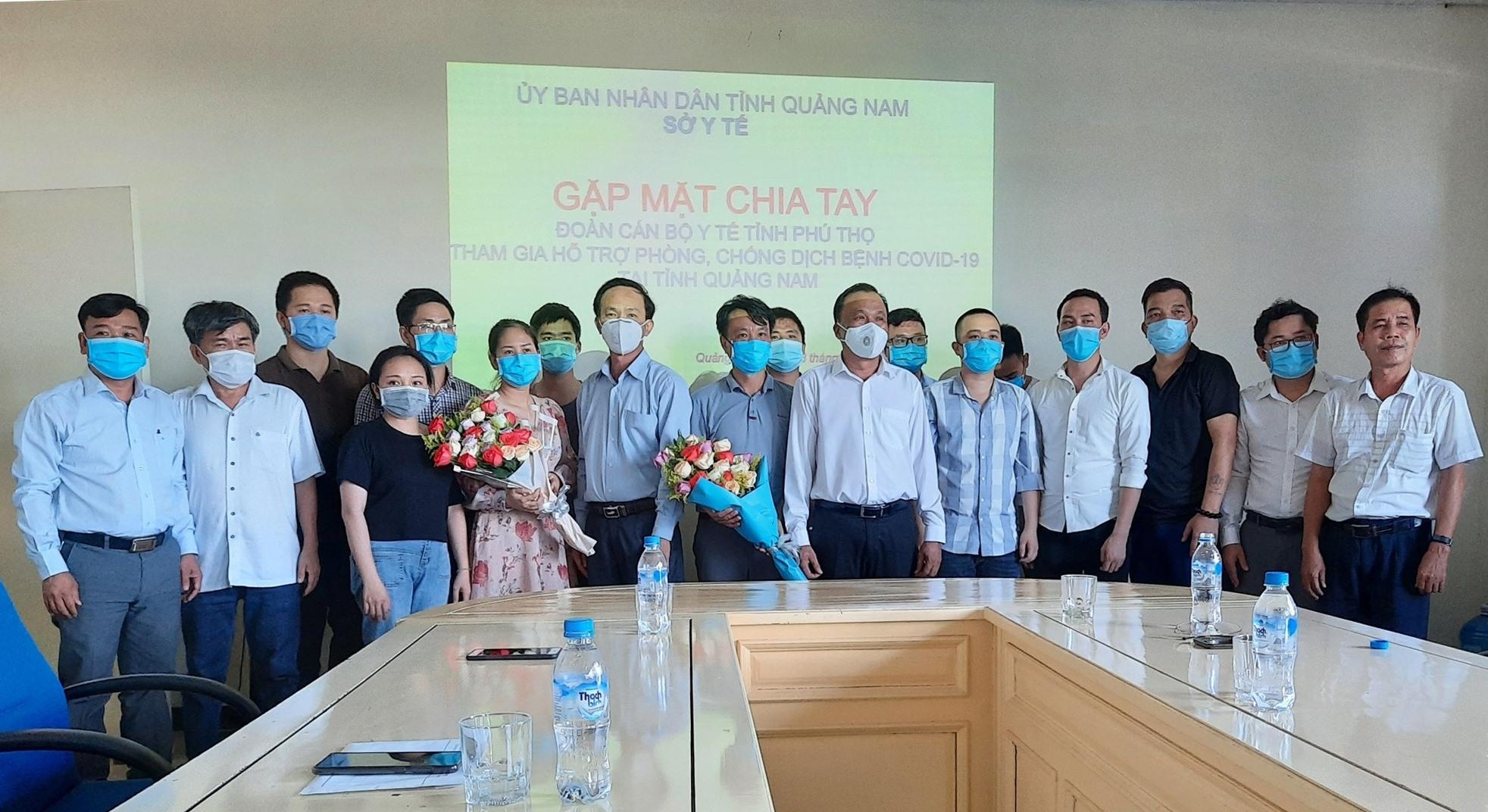 Các y bác sĩ tỉnh Phú Thọ chụp ảnh lưu niệm trước khi chia tay Quảng Nam trở về quê hương sau khi hoàn thành công tác tình nguyện. Ảnh: Đ. ĐẠO